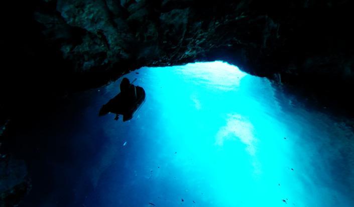Belezza irreale di Grotta Azzurra sull'isola Biševo