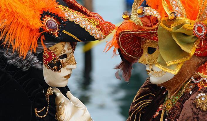 Prendete un viaggio alla follia di carnevale a Venezia in barca!