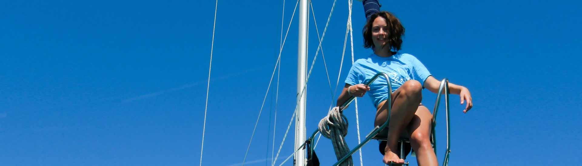 Ragazza sul prua di barca a vela
