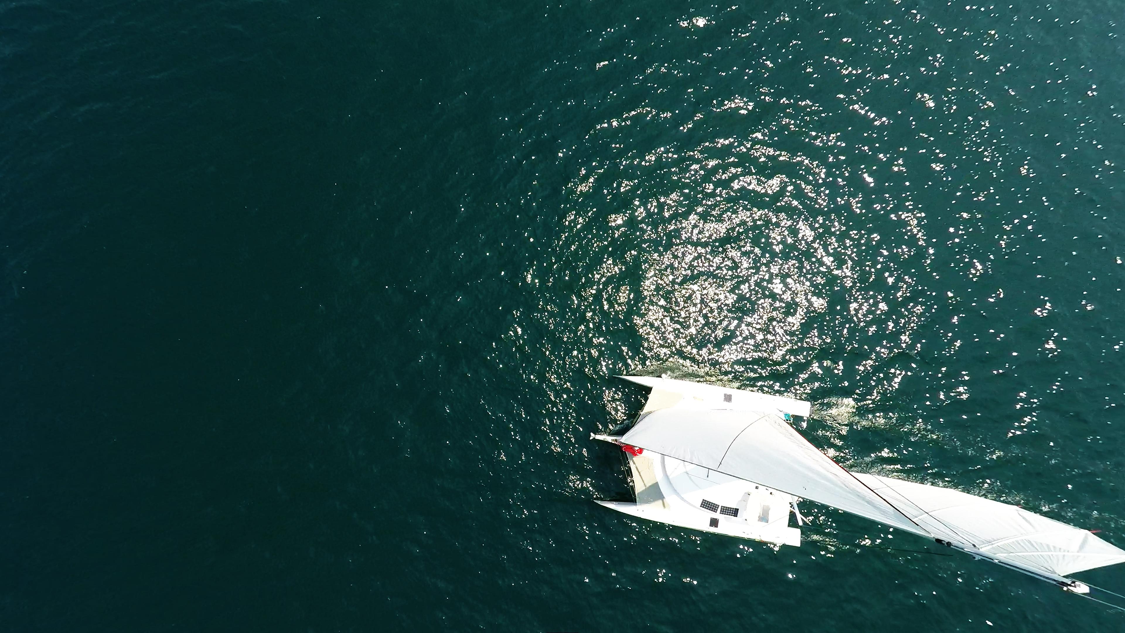foto aerea di multiscafo barca a vela nadir