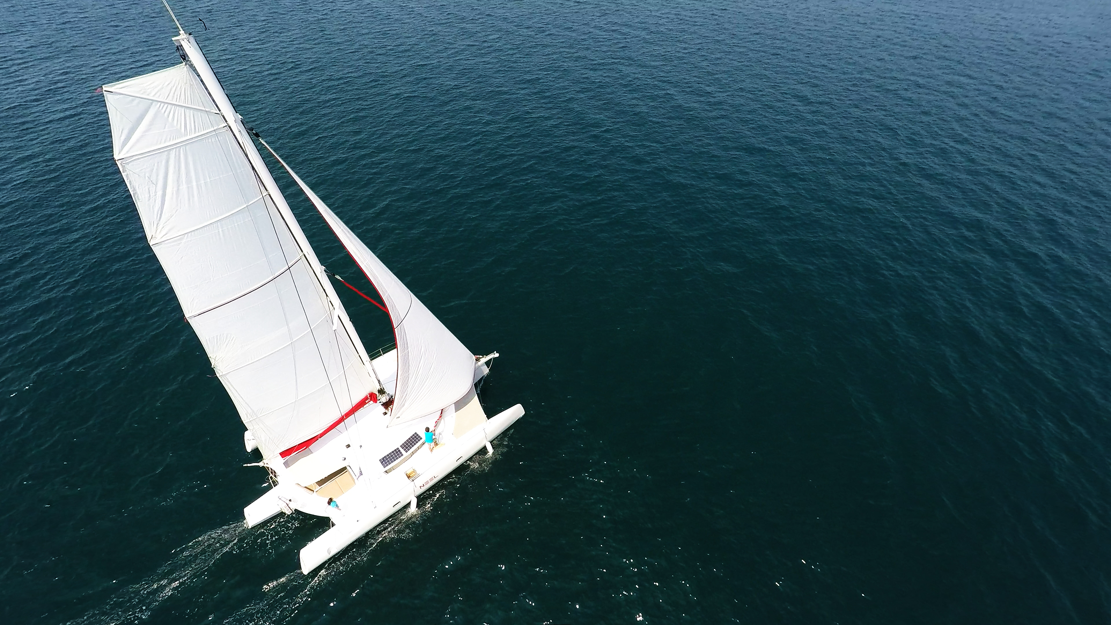 foto aerea di trimarano  yacht a noleggio vela