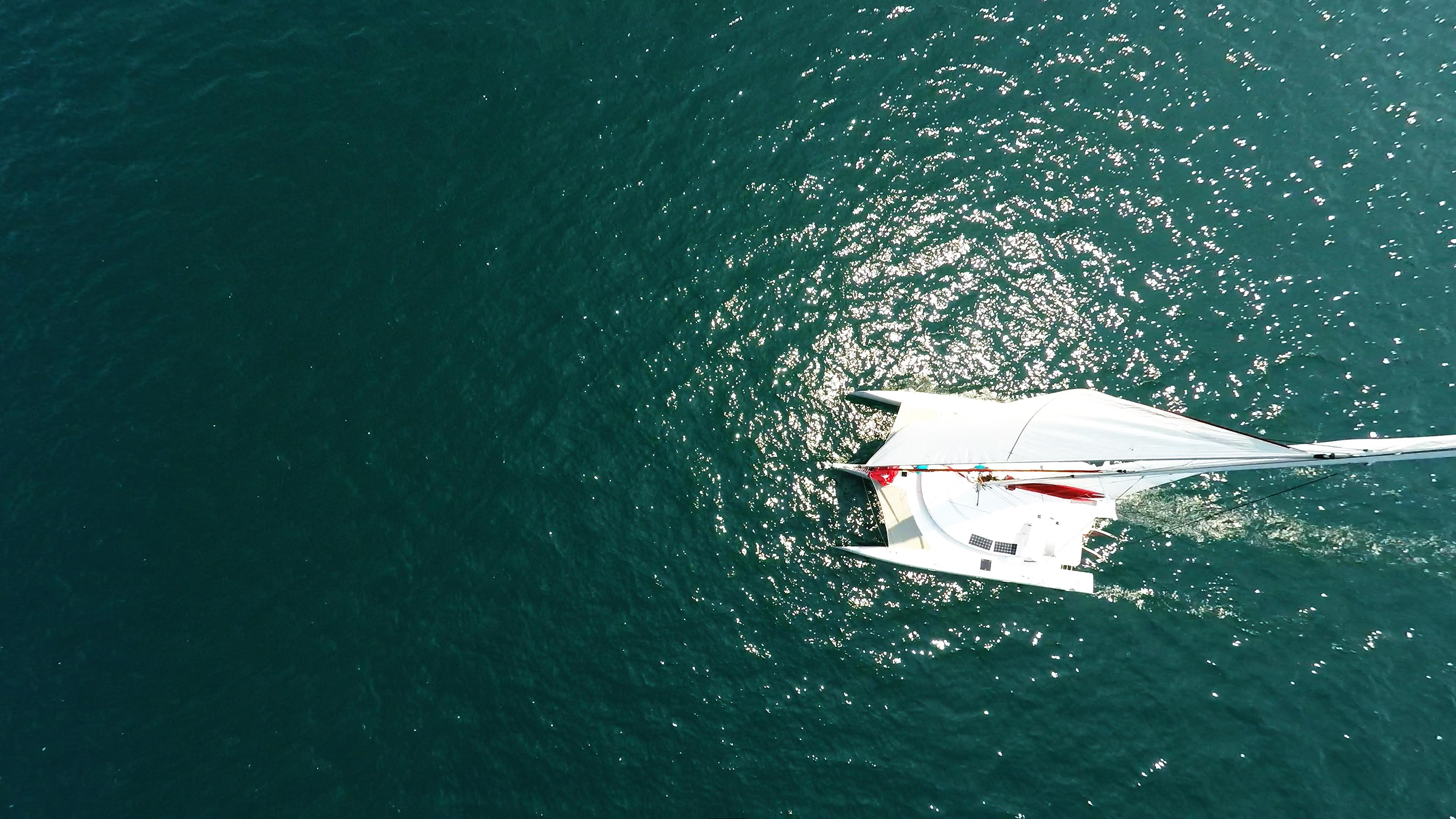 foto aerea di trimarano  naviga nadir