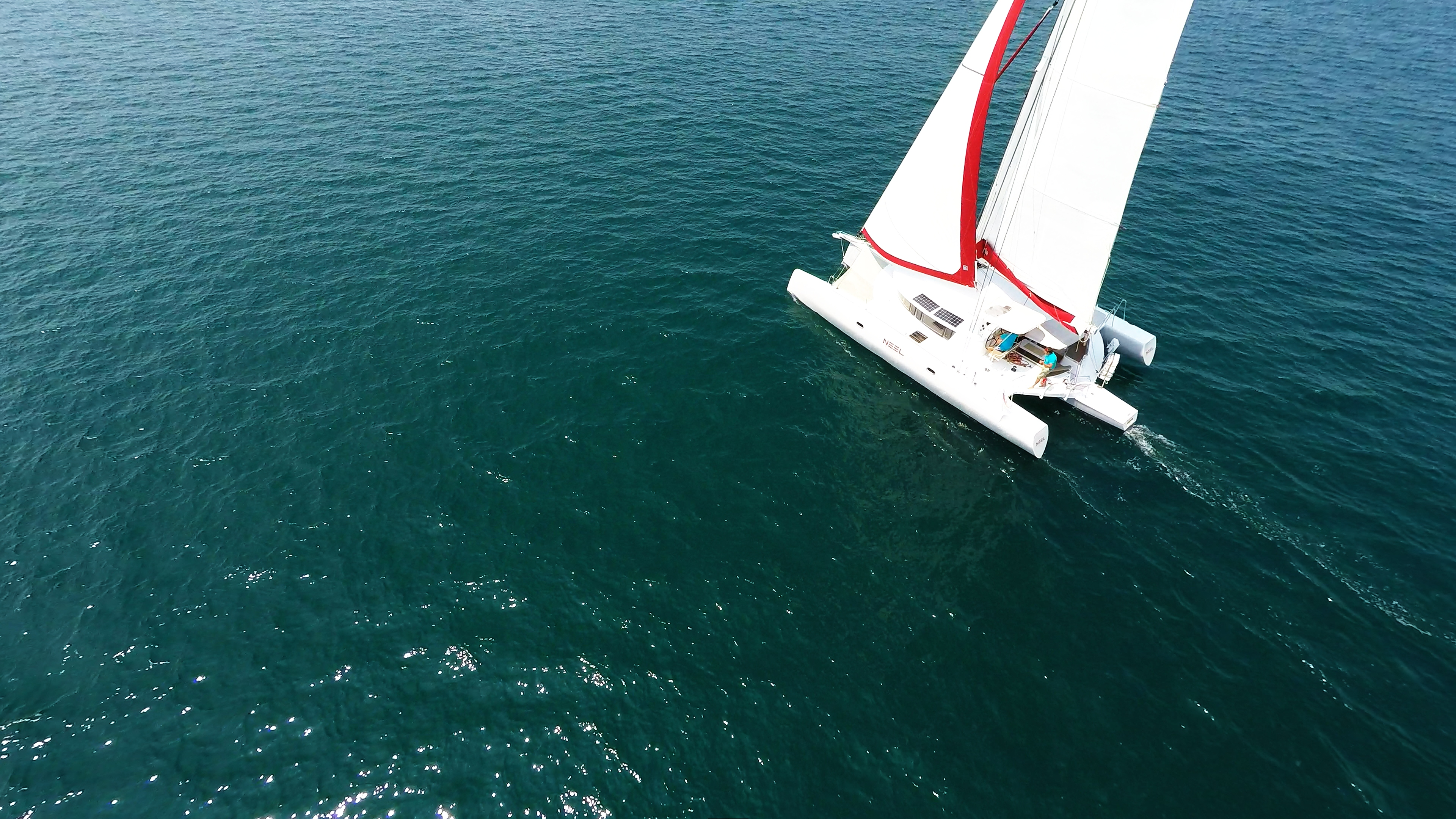 foto aerea di trimarano  barca a vela