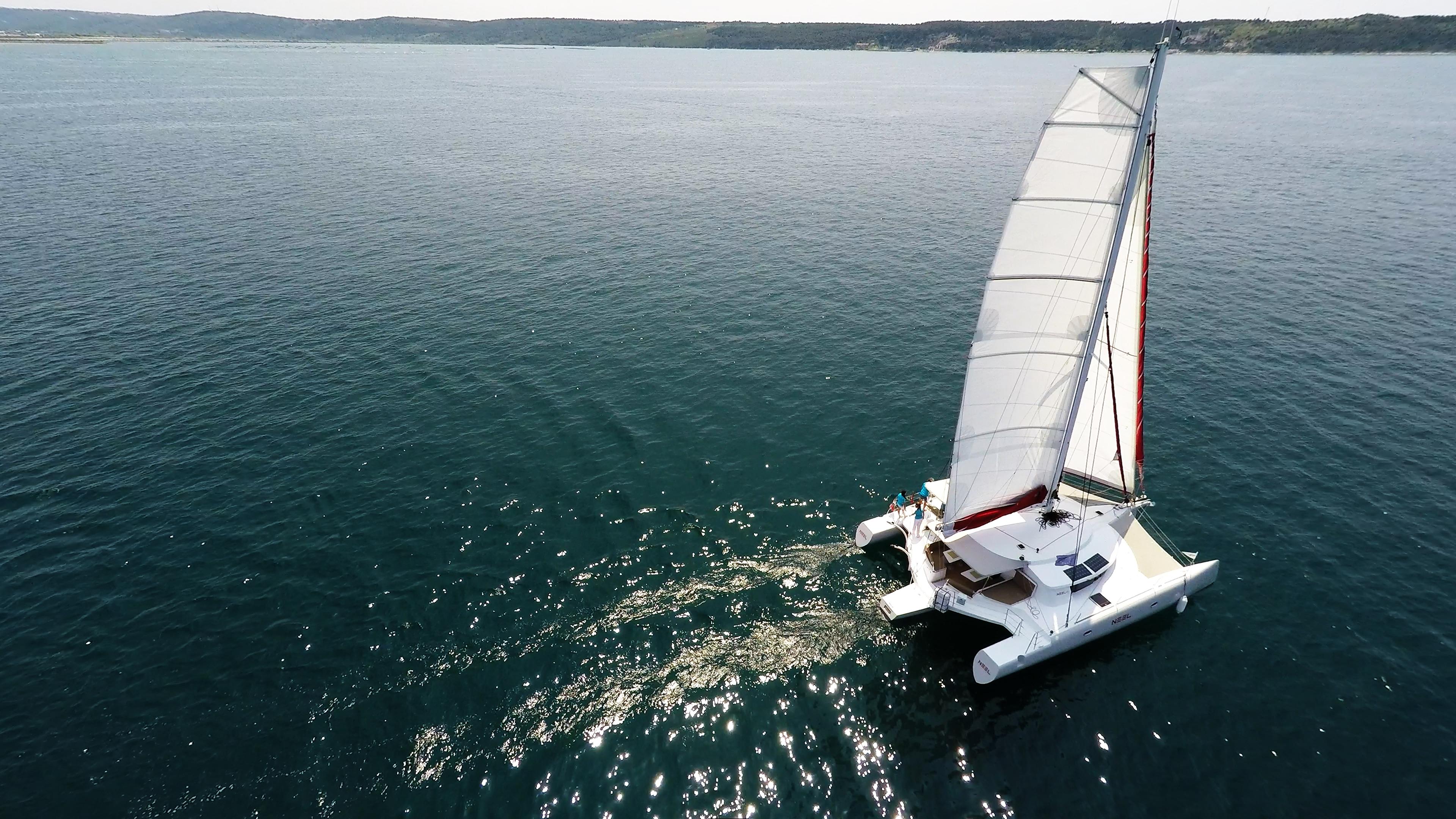 blu mare bianco vela di trimarano  a noleggio
