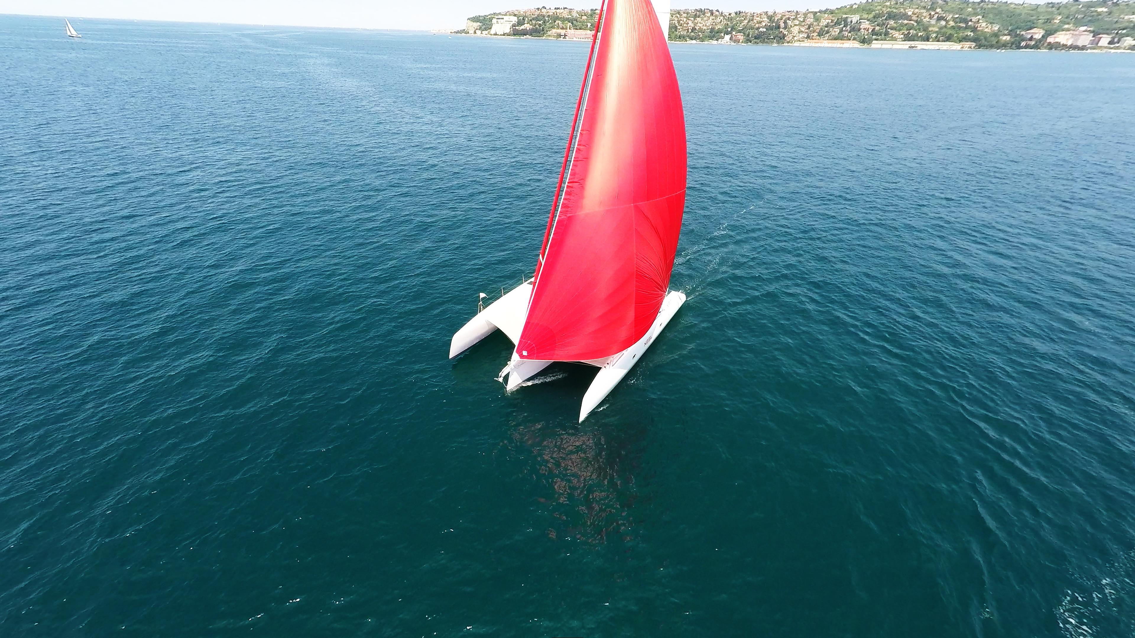 foto aerea trimarano barca a vela gennaker