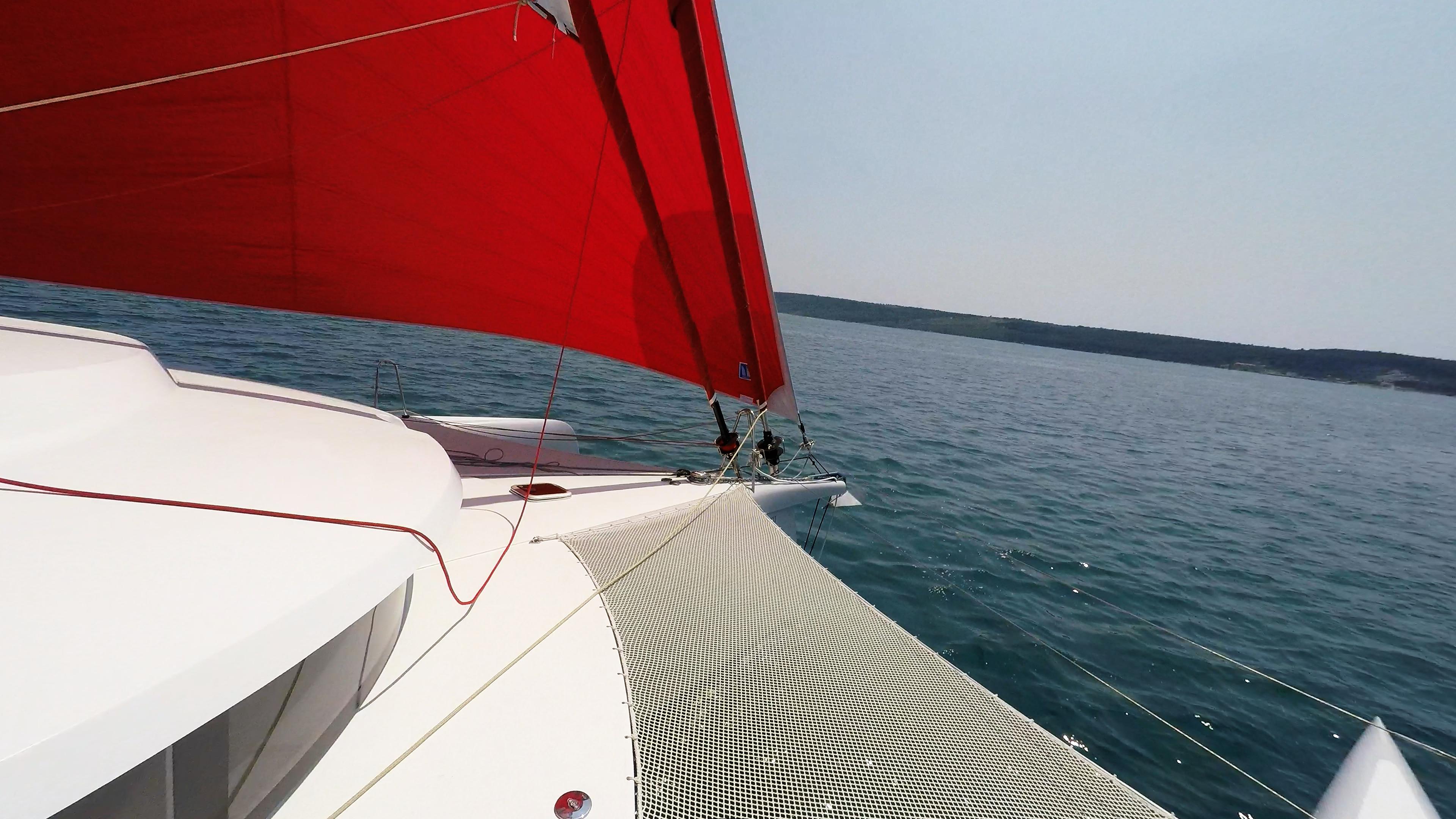 prua di multiscafo yacht trimarano gennaker vela