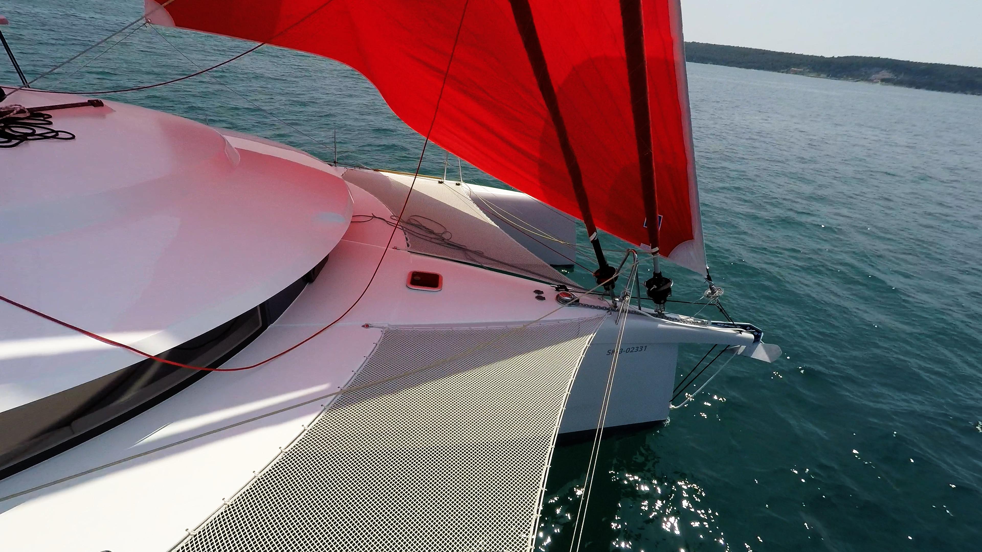 prua di trimarano  yacht con gennaker