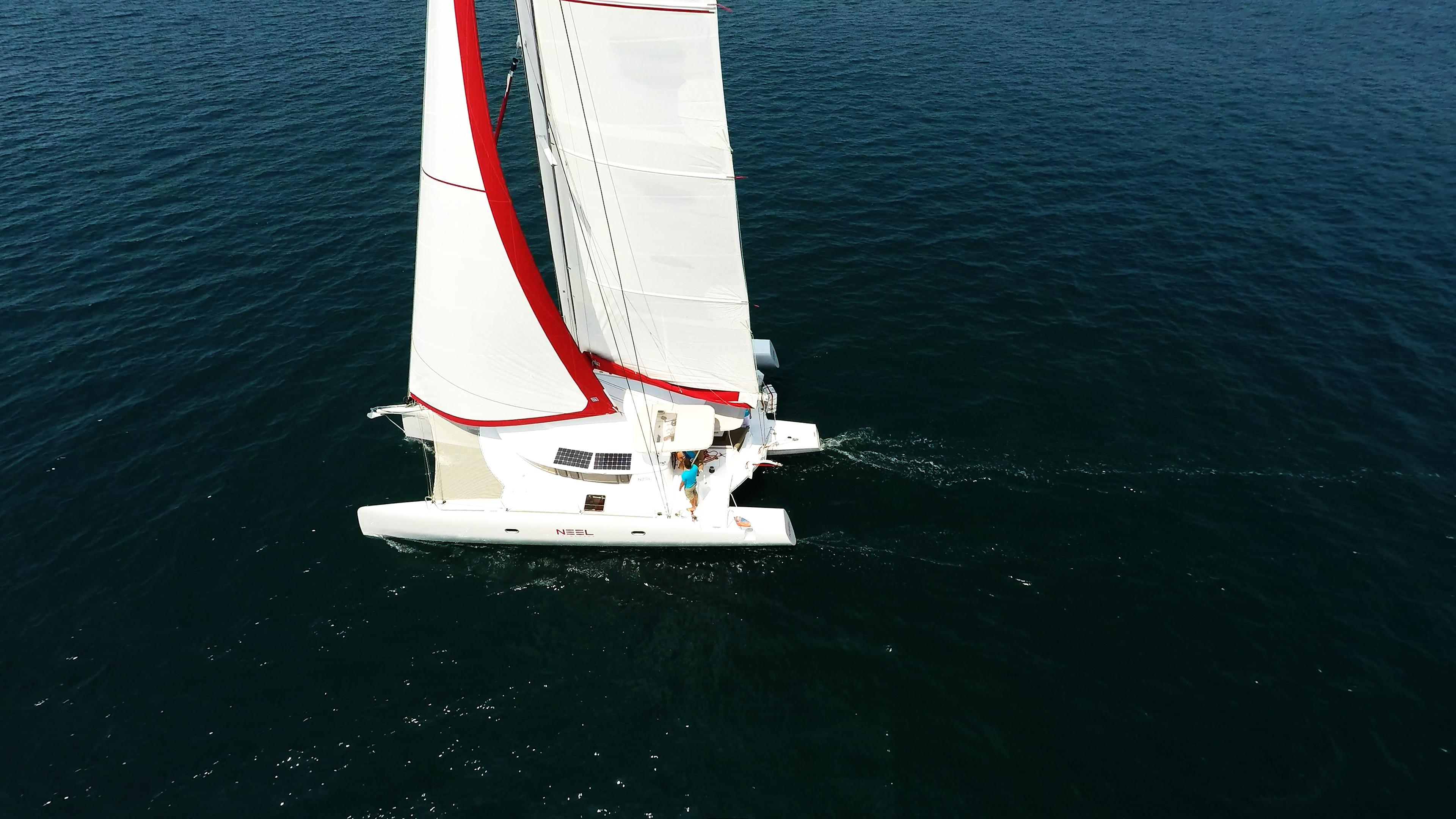 barca a noleggio trimarano a vela yacht al mare