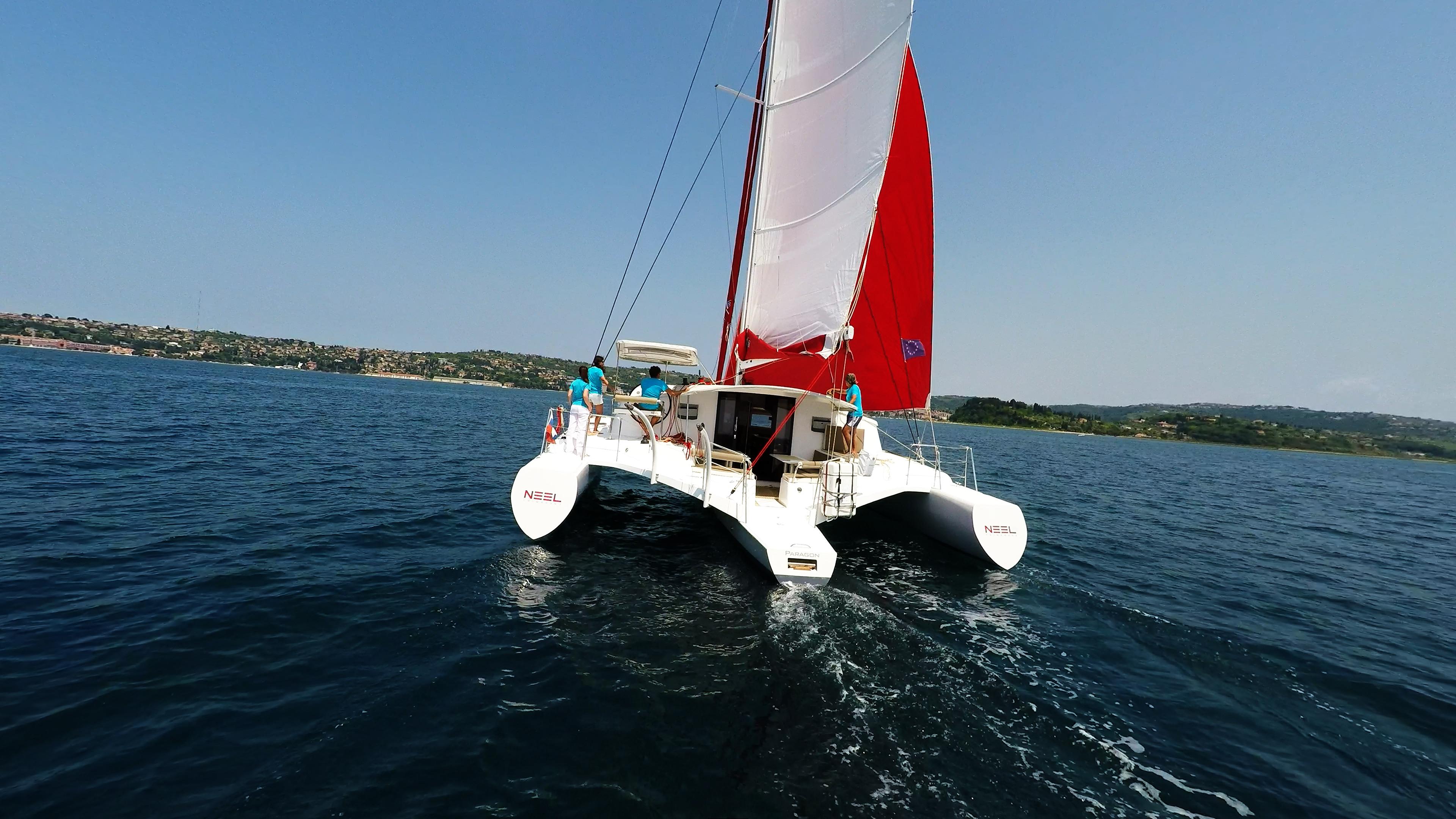 cockpit e poppa di trimarano  barca a vela