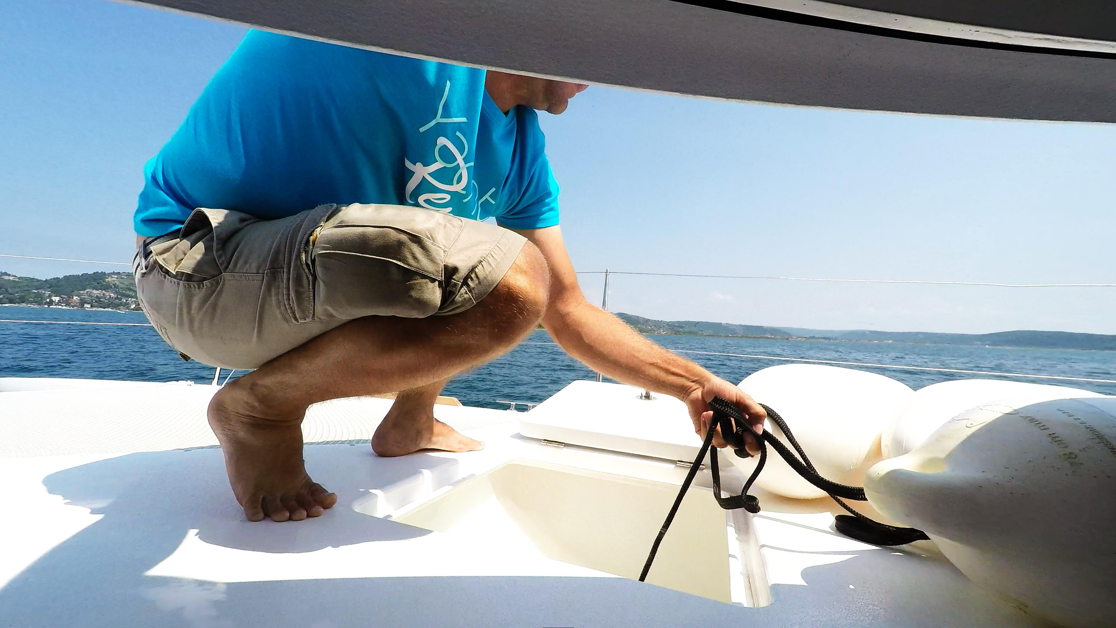 equipaggio member preparing fenders barca a vela