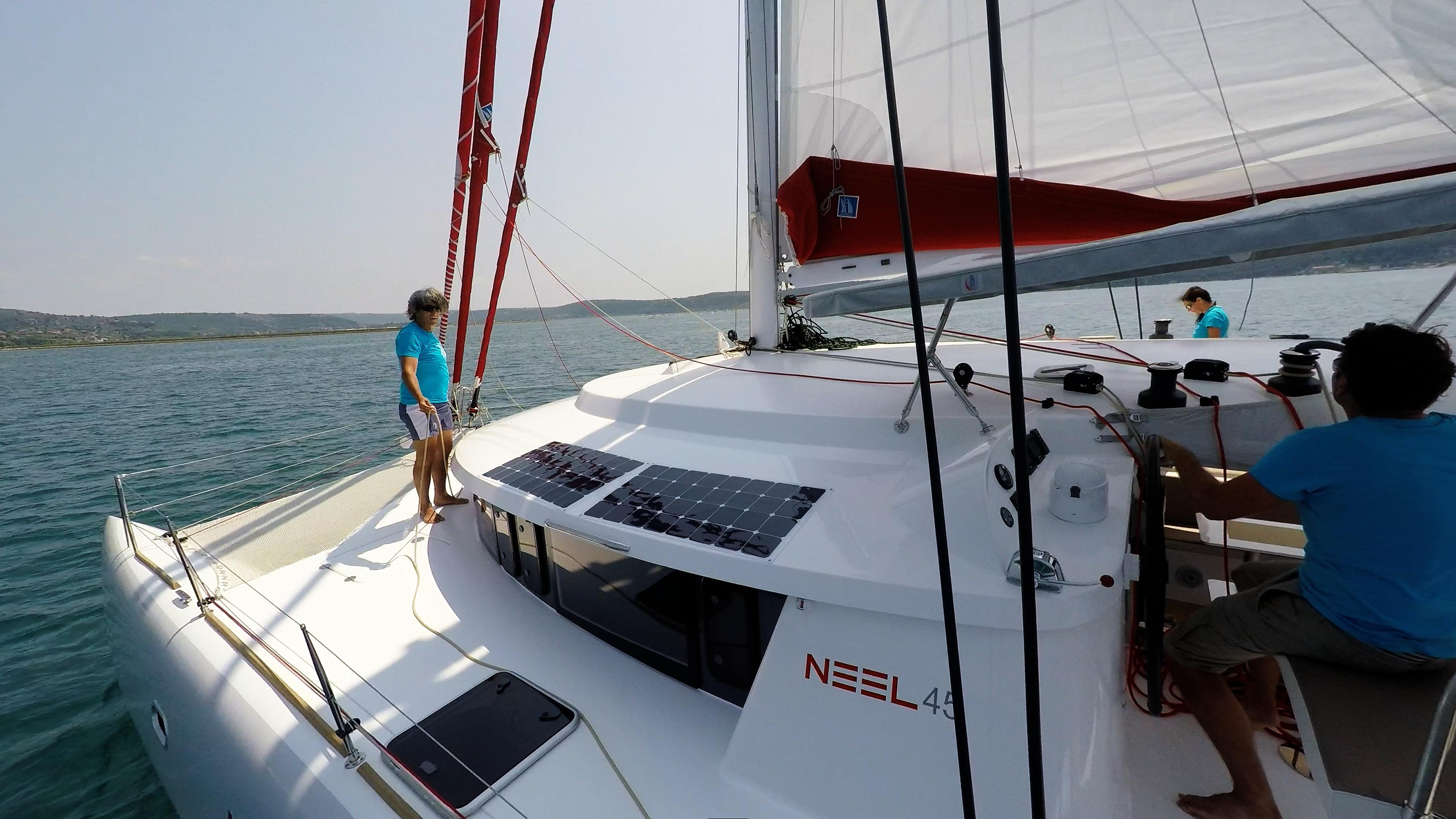 equipaggio sul coperta cockpit di trimarano  yacht neel 45