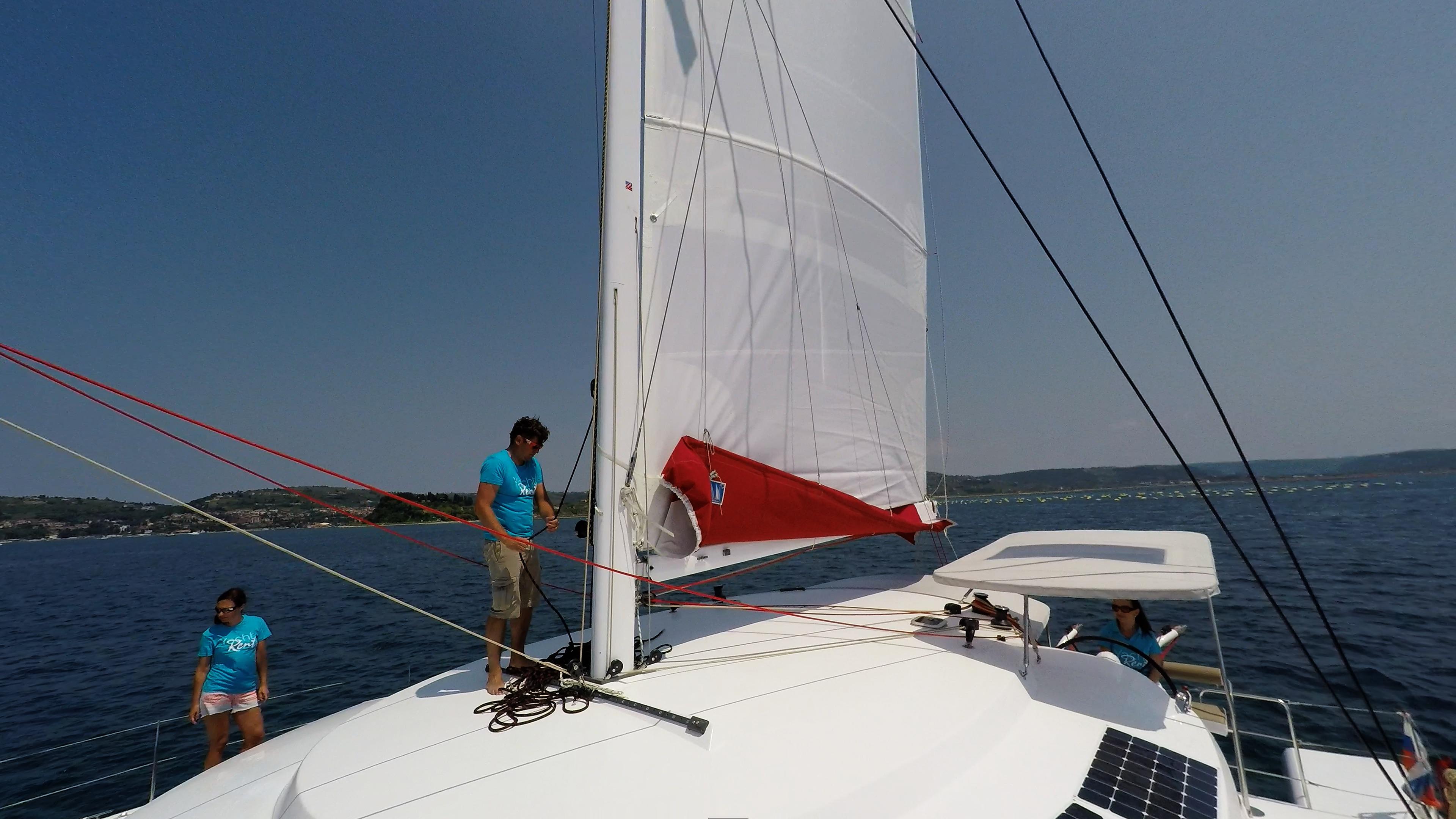 equipaggio sul coperta di multiscafo barca a vela