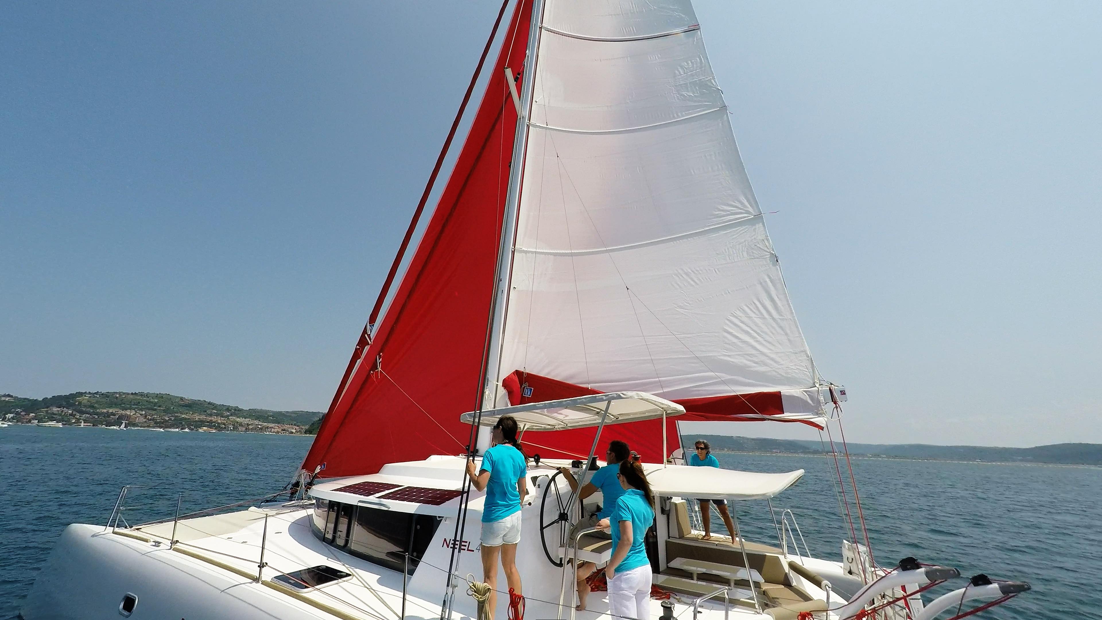 equipaggio sul coperta di multiscafo yacht naviga a vela