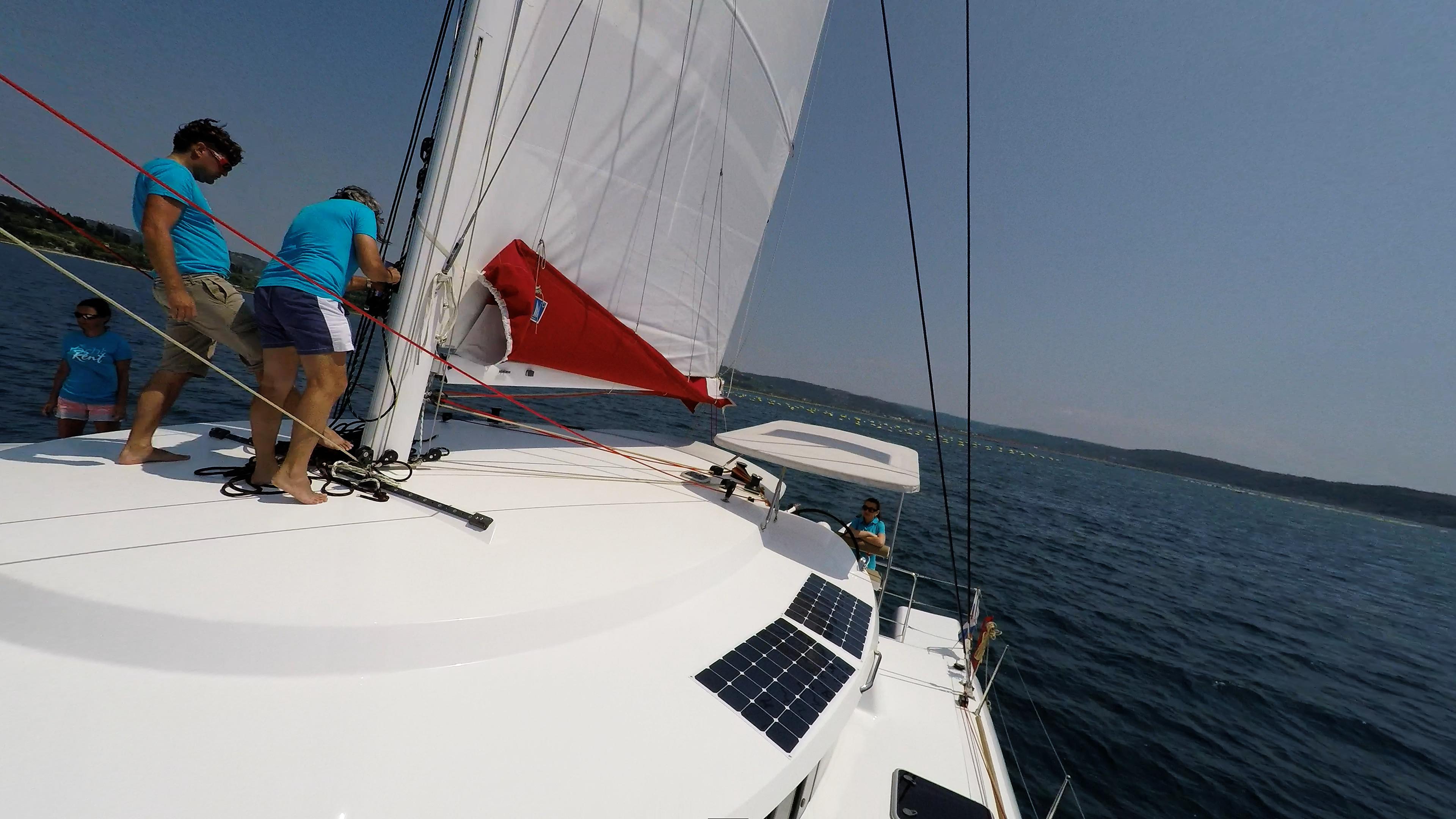 equipaggio sul coperta di trimarano  yacht neel 45