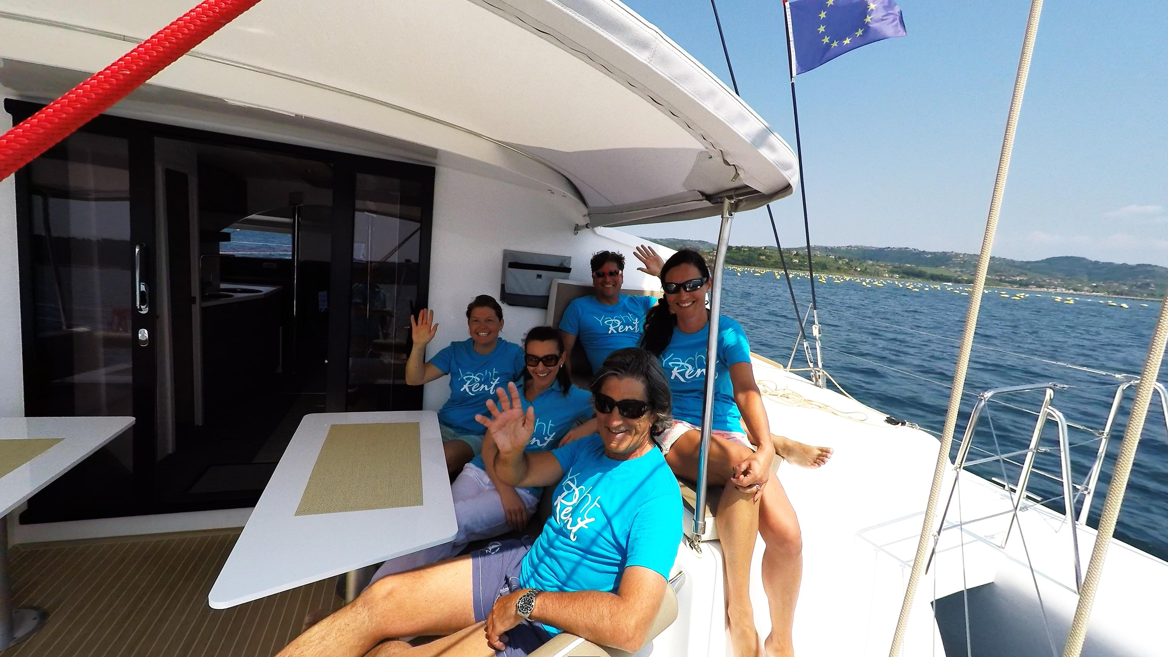 equipaggio waving cockpit trimarano yacht