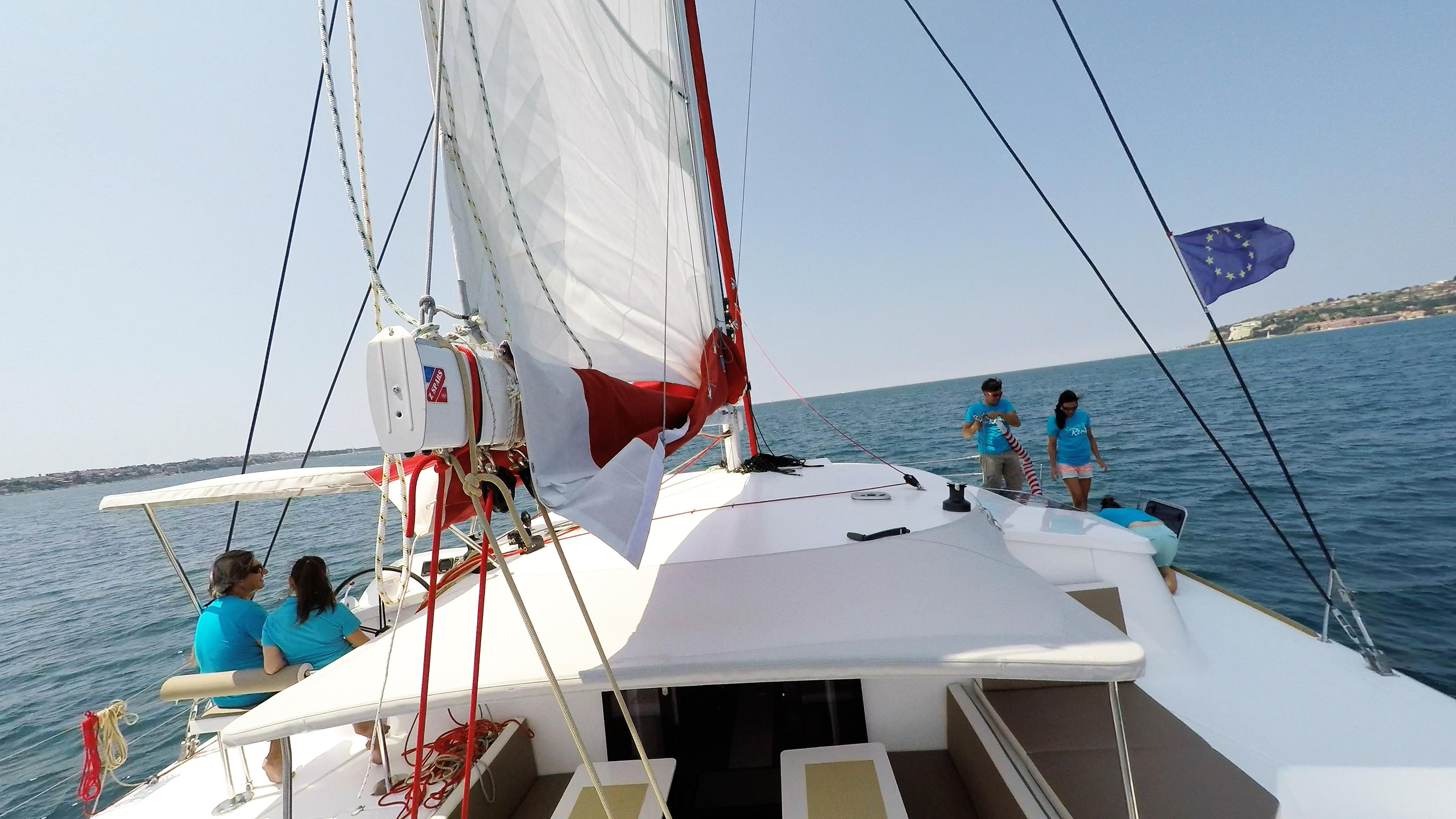 equipaggio sul coperta di multiscafo a vela neel 45