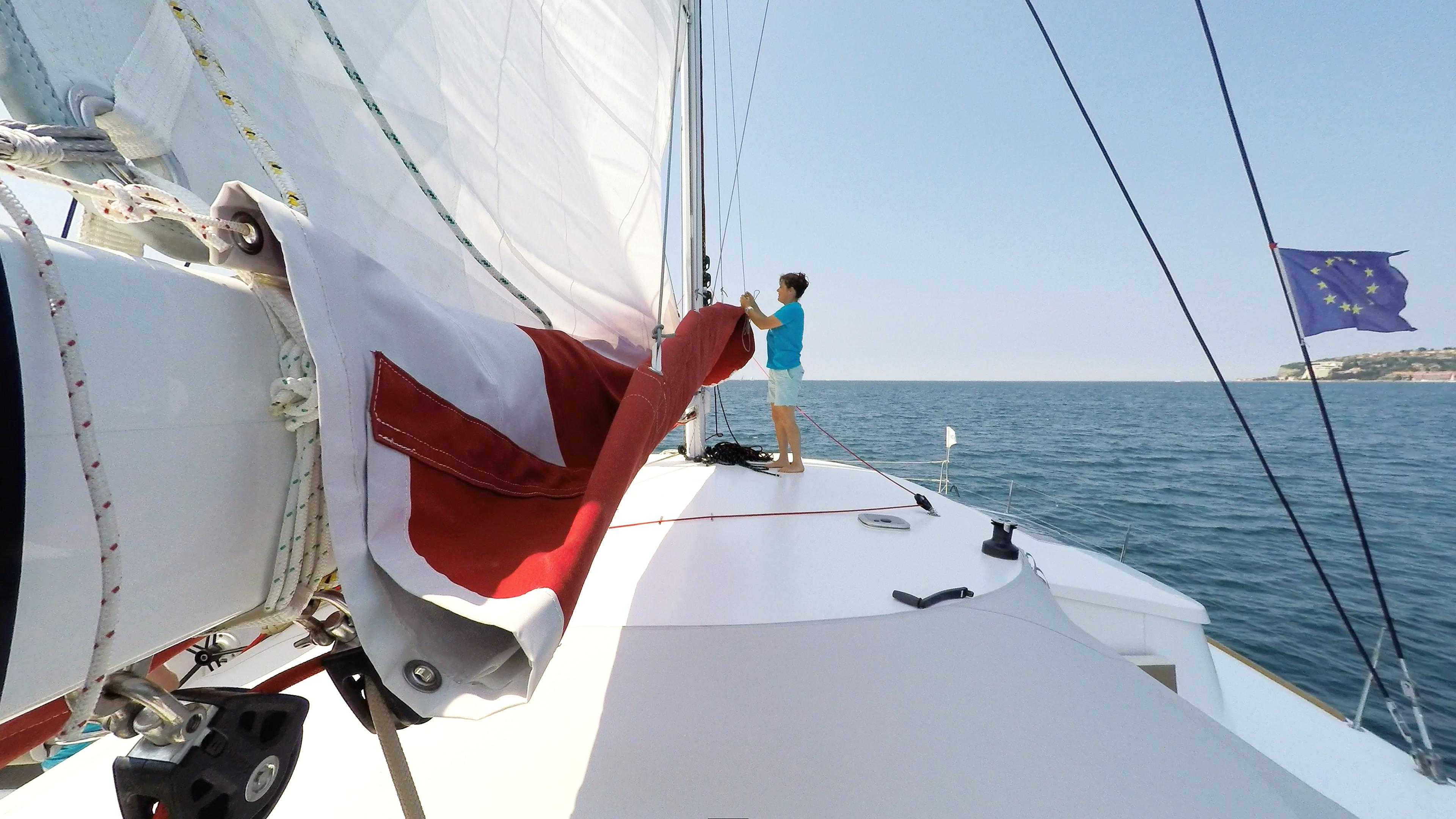 ragazza solleva randa boma barca a vela