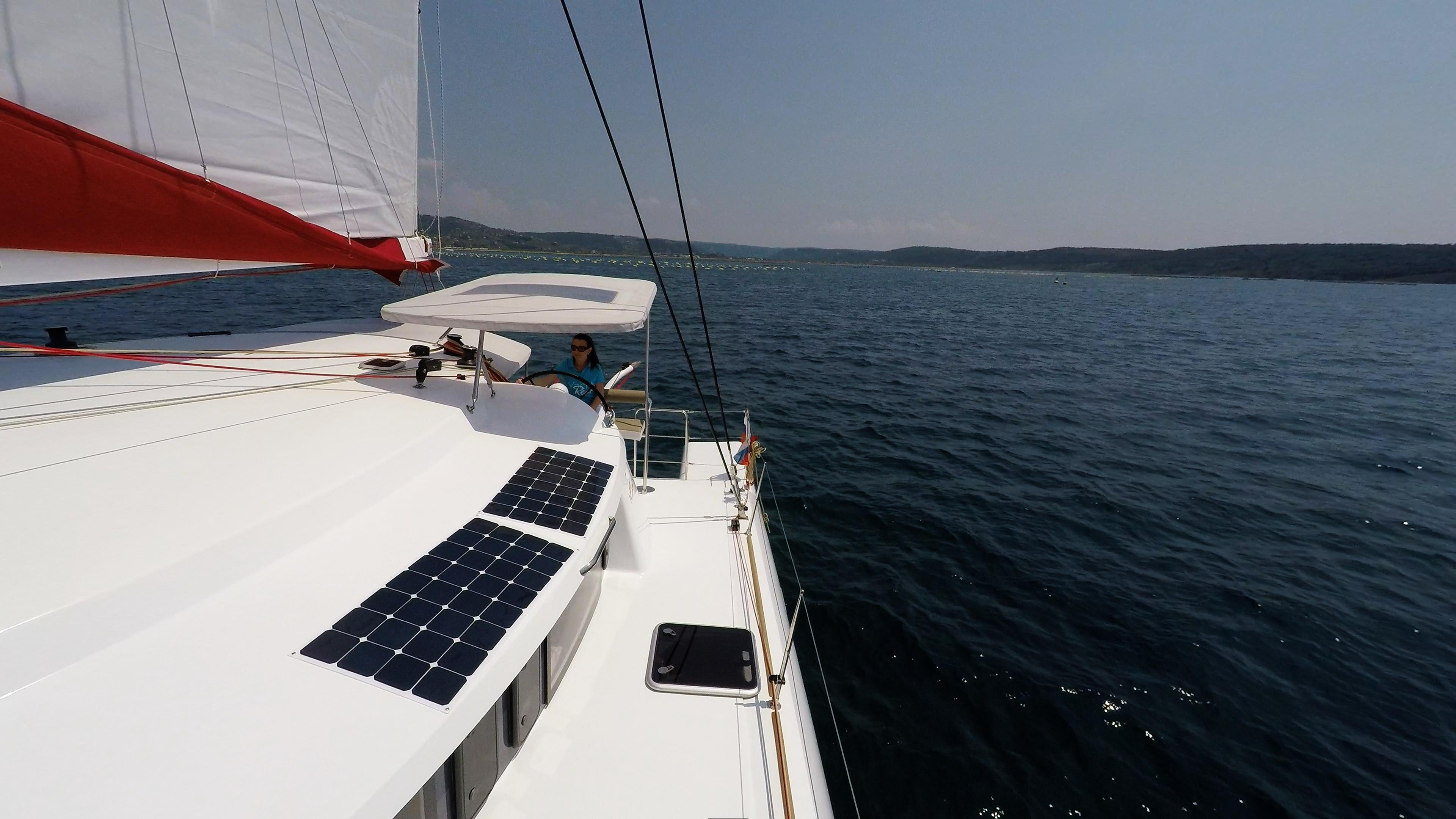 ragazza in skipper cockpit ruota del timone barca a vela trimarano 1