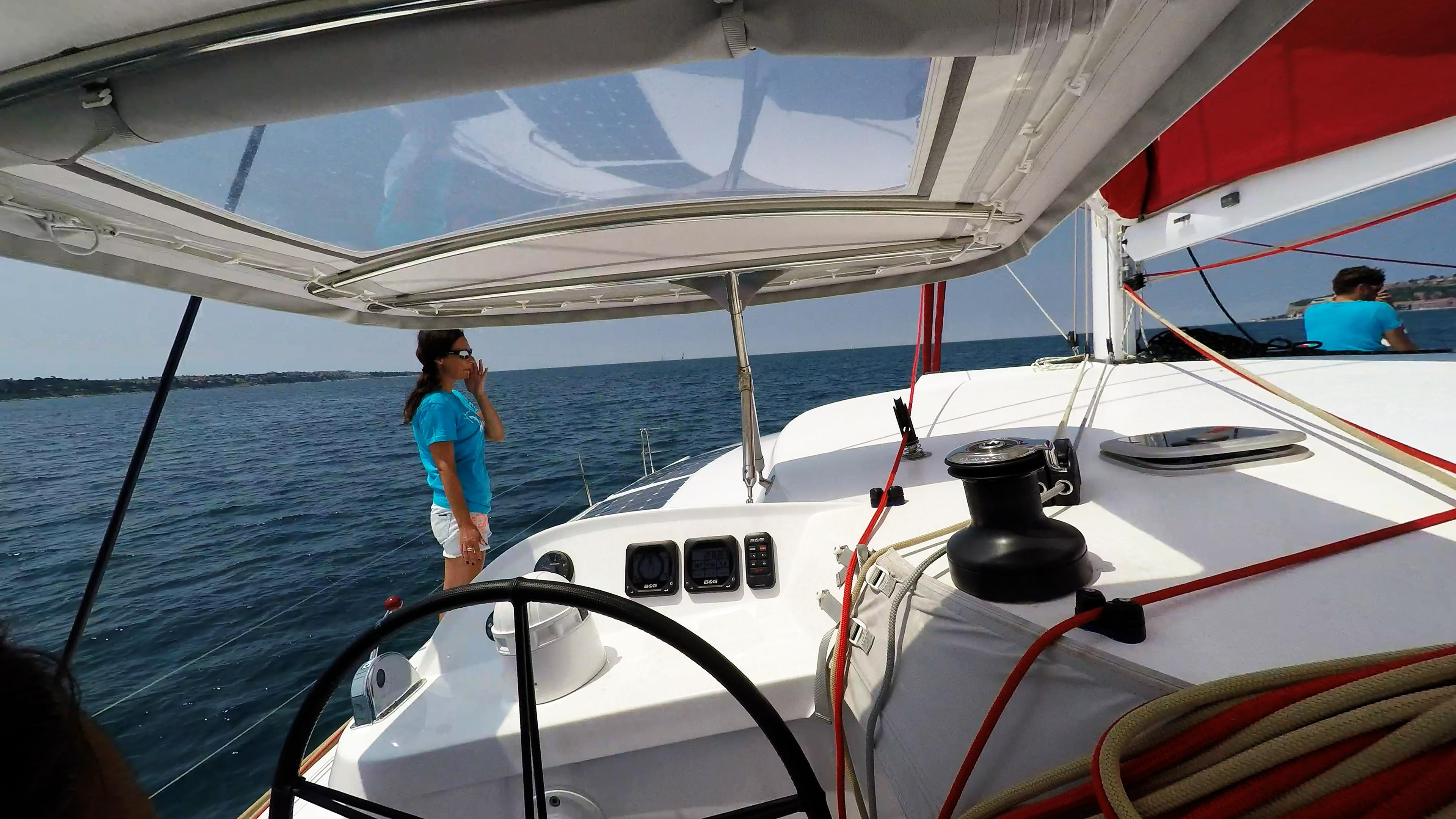 ragazza sul coperta di trimarano  a vela yacht