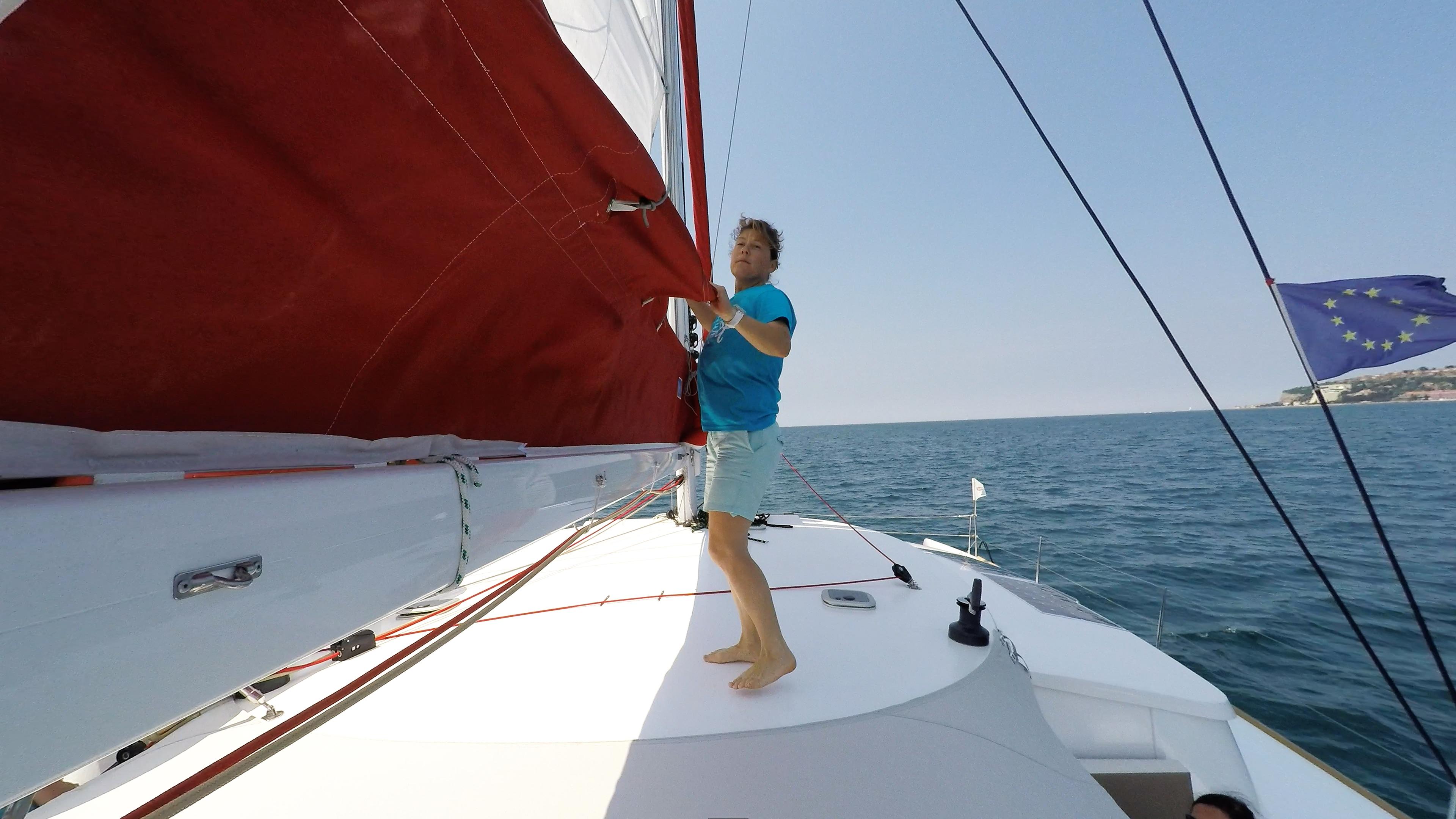 ragazza solleva randa barca a vela