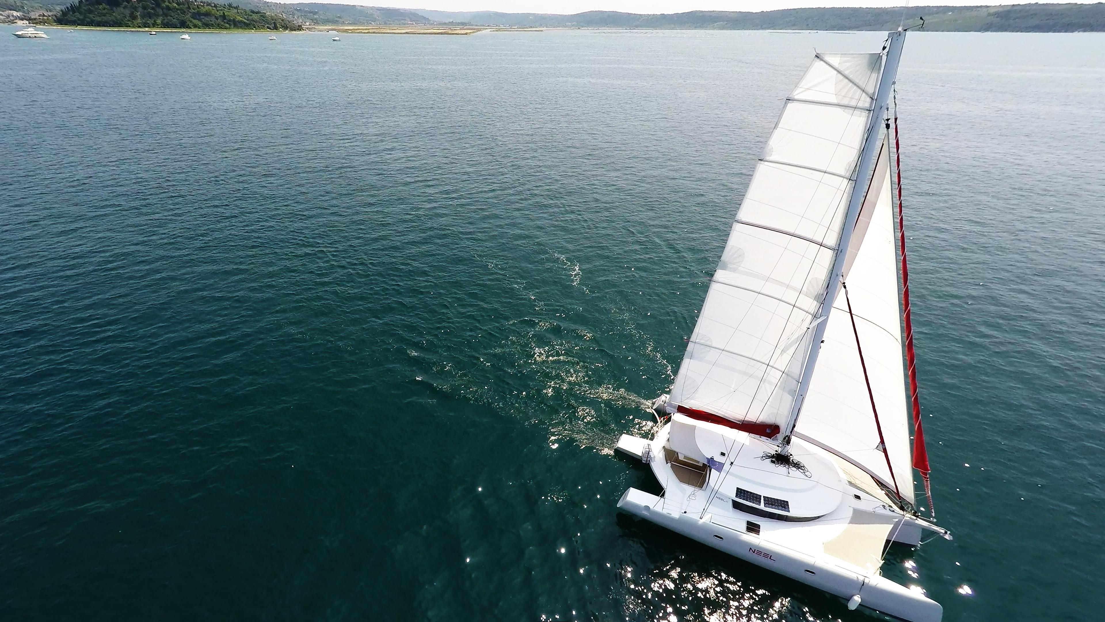 multiscafo noleggio yacht naviga a vela