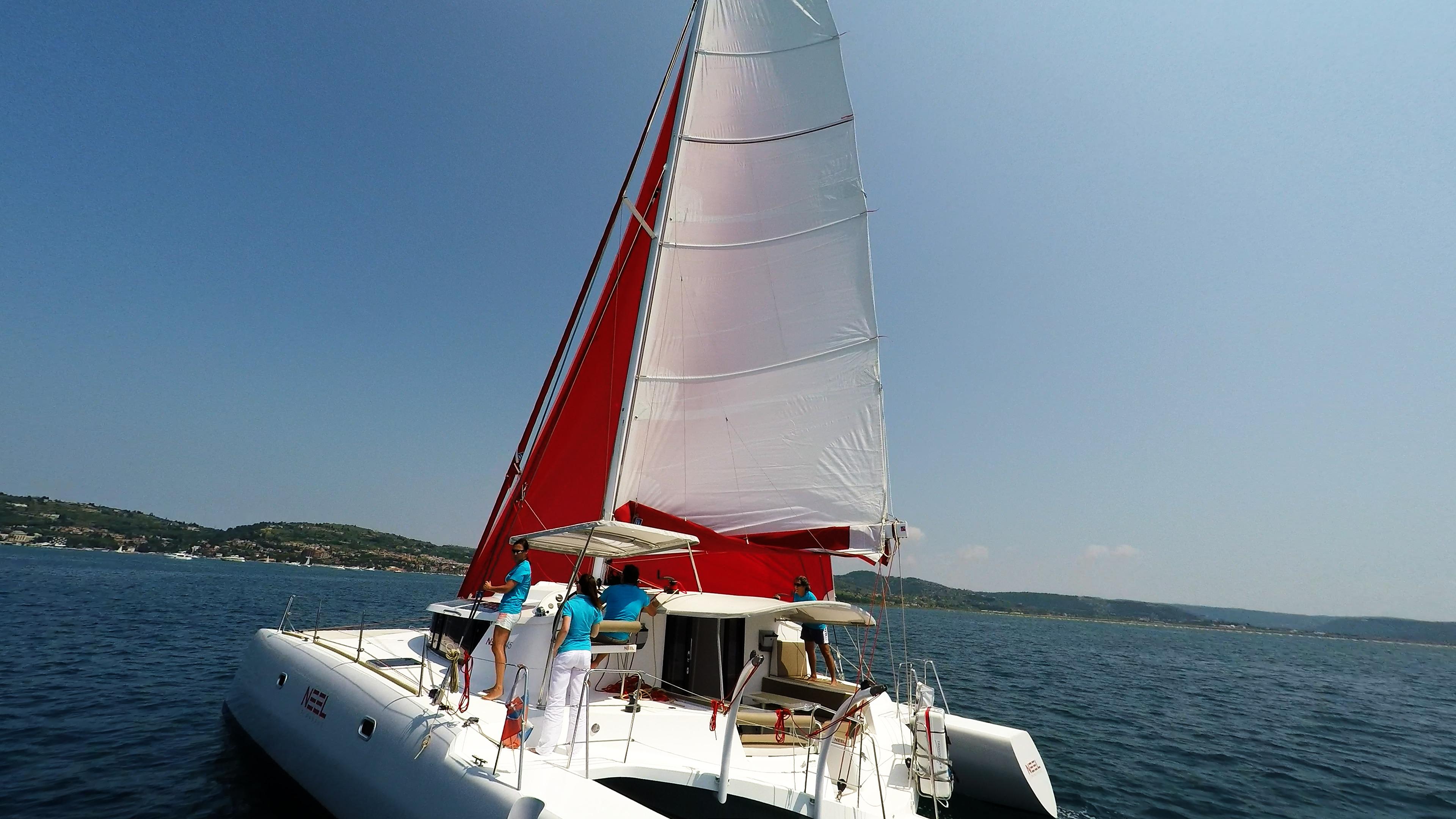 multiscafo yacht coperta con equipaggio navigare
