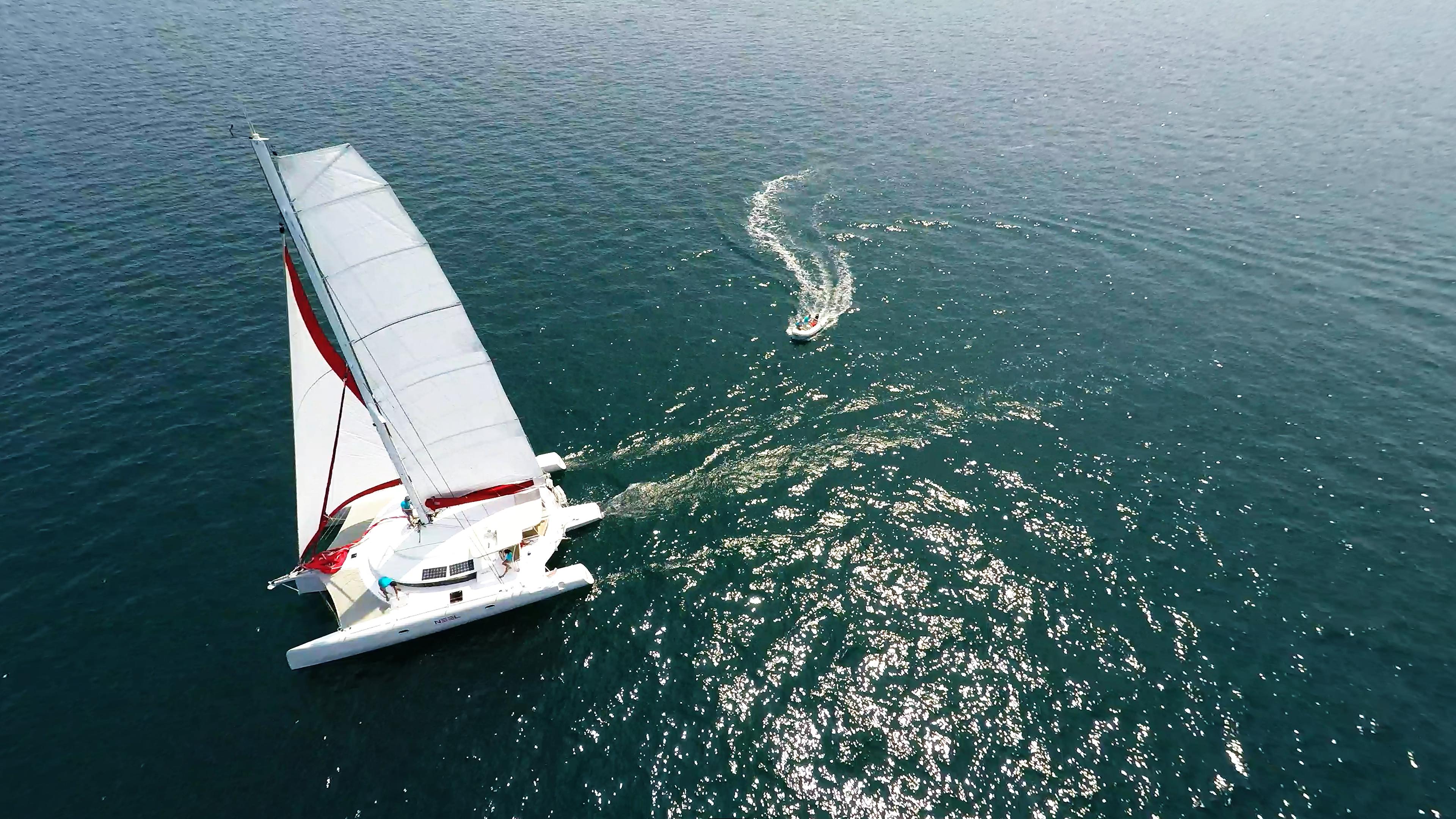multiscafo yacht naviga a vela e gommone