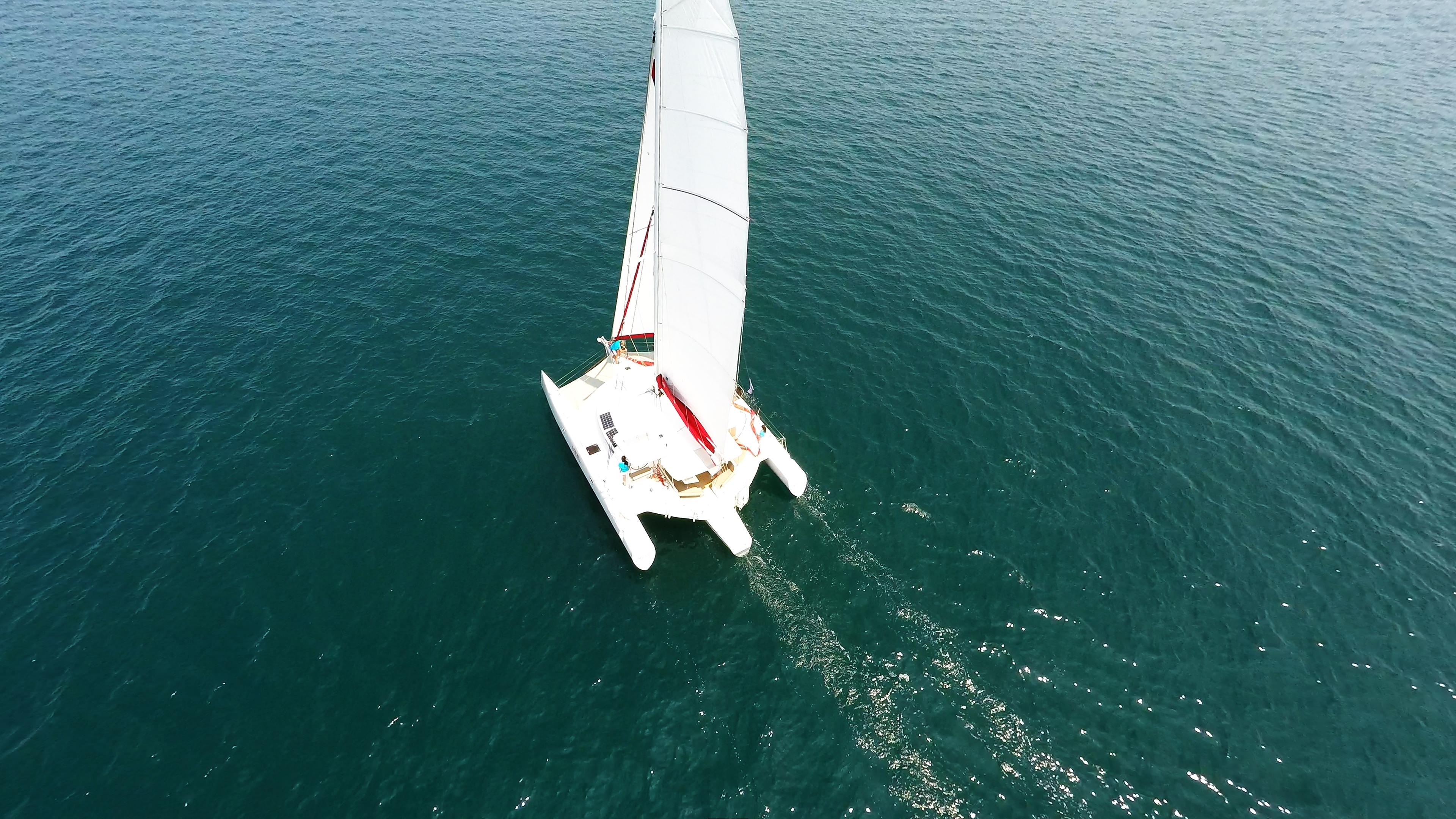 multiscafo yacht naviga a vela vista dell'uccello