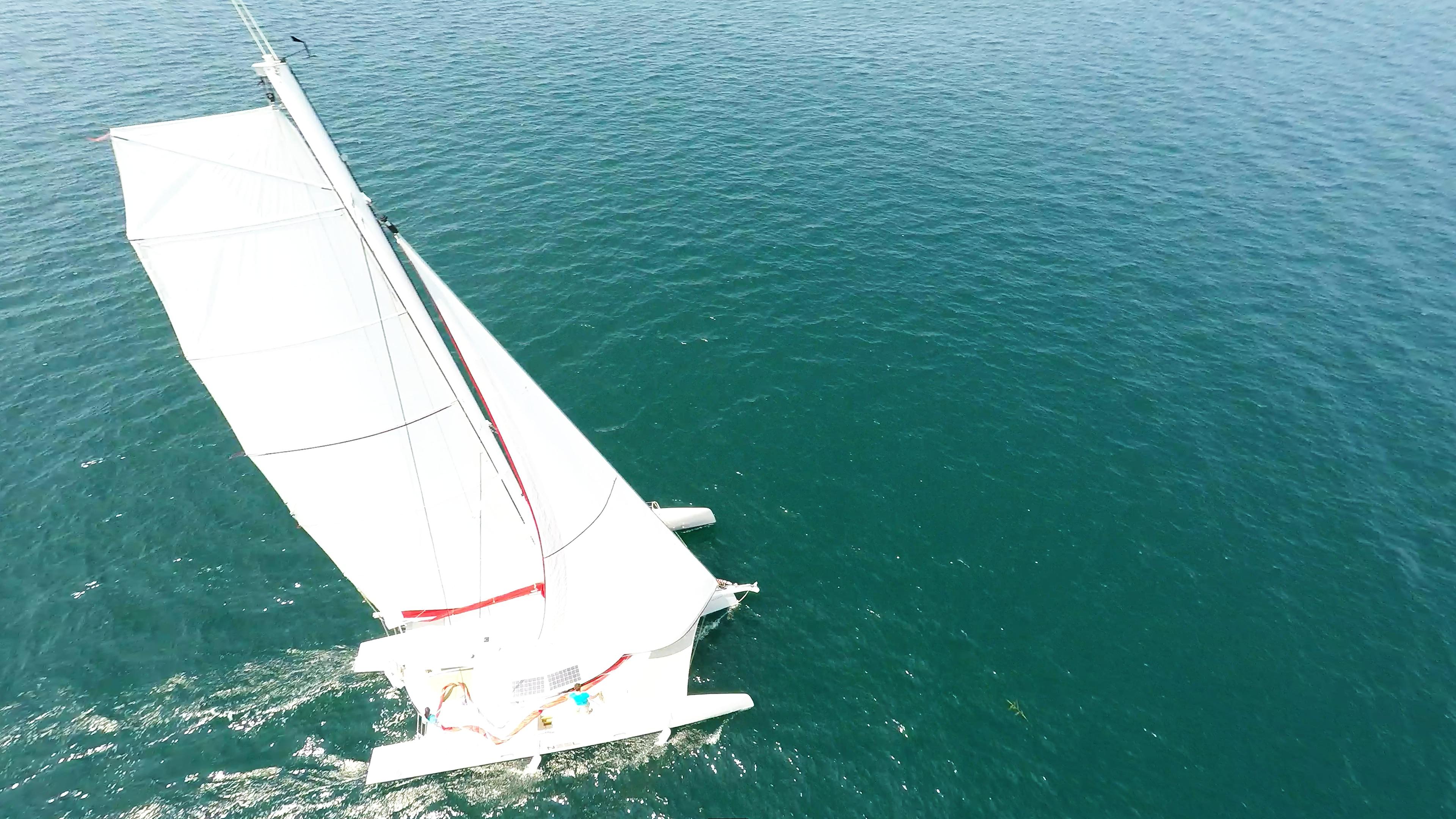 multiscafo yacht naviga a vela appiattita randa