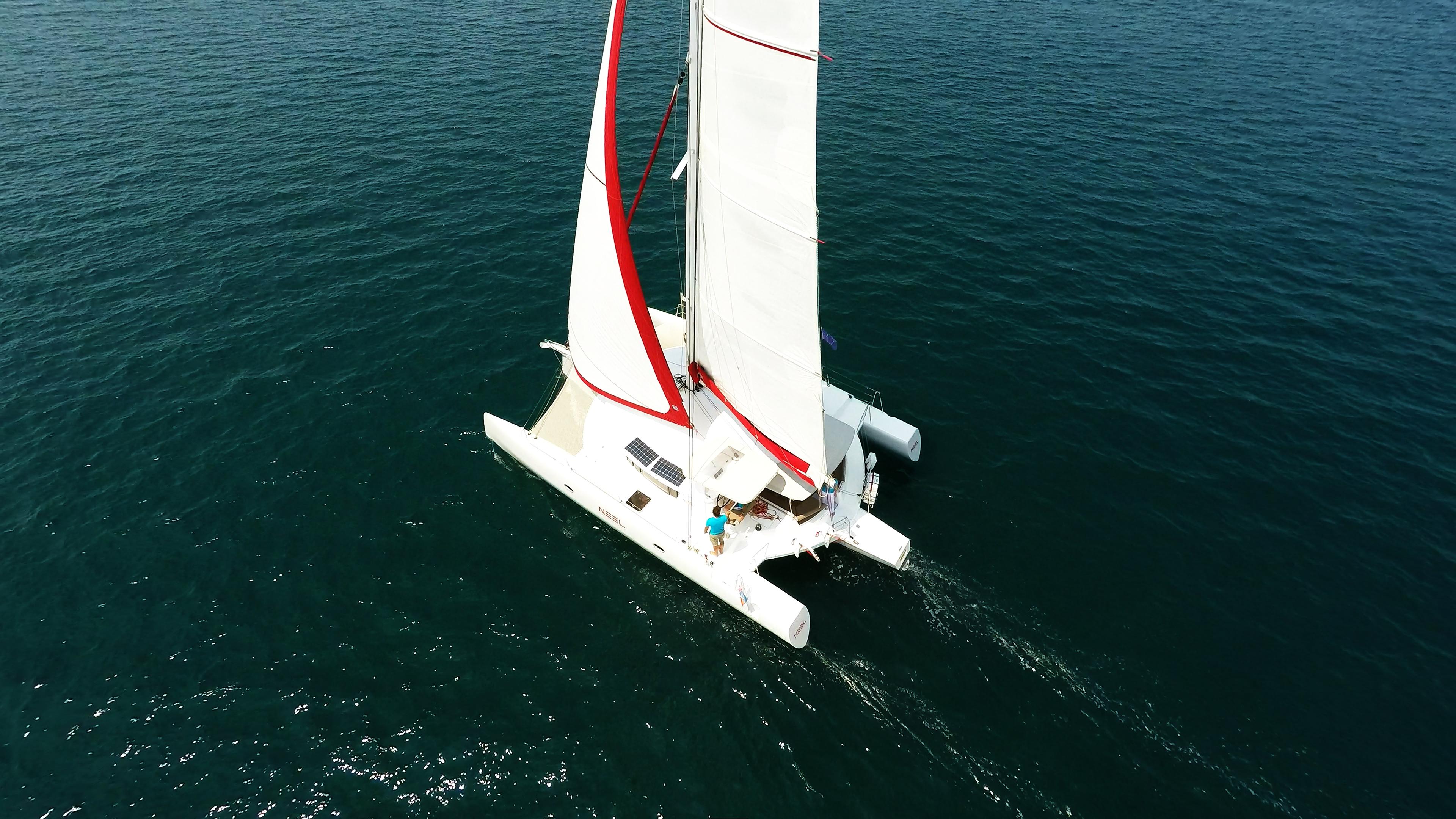 multiscafo yacht trimarano naviga a vela