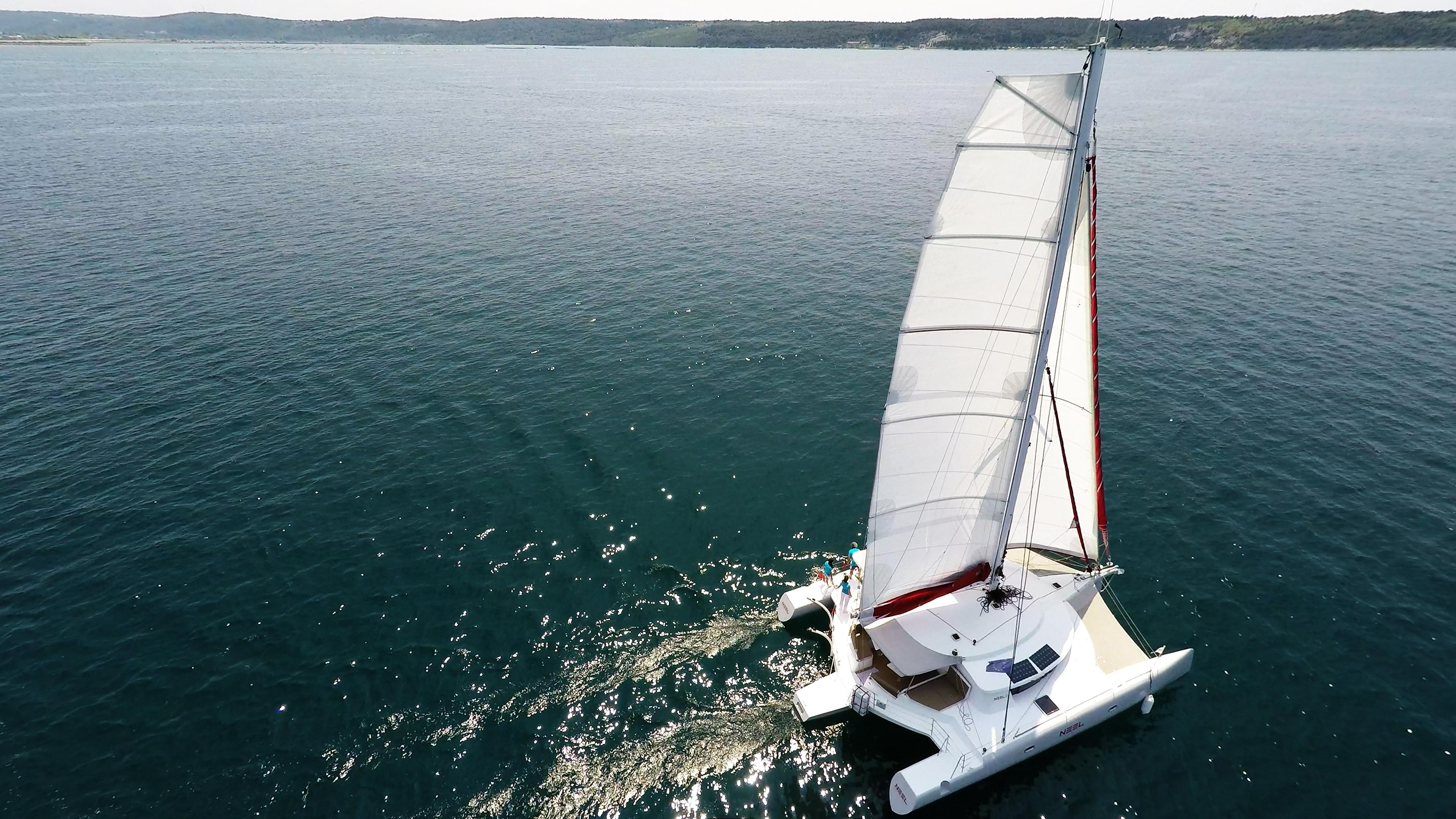 multiscafo yacht trimarano bianco randa al mare