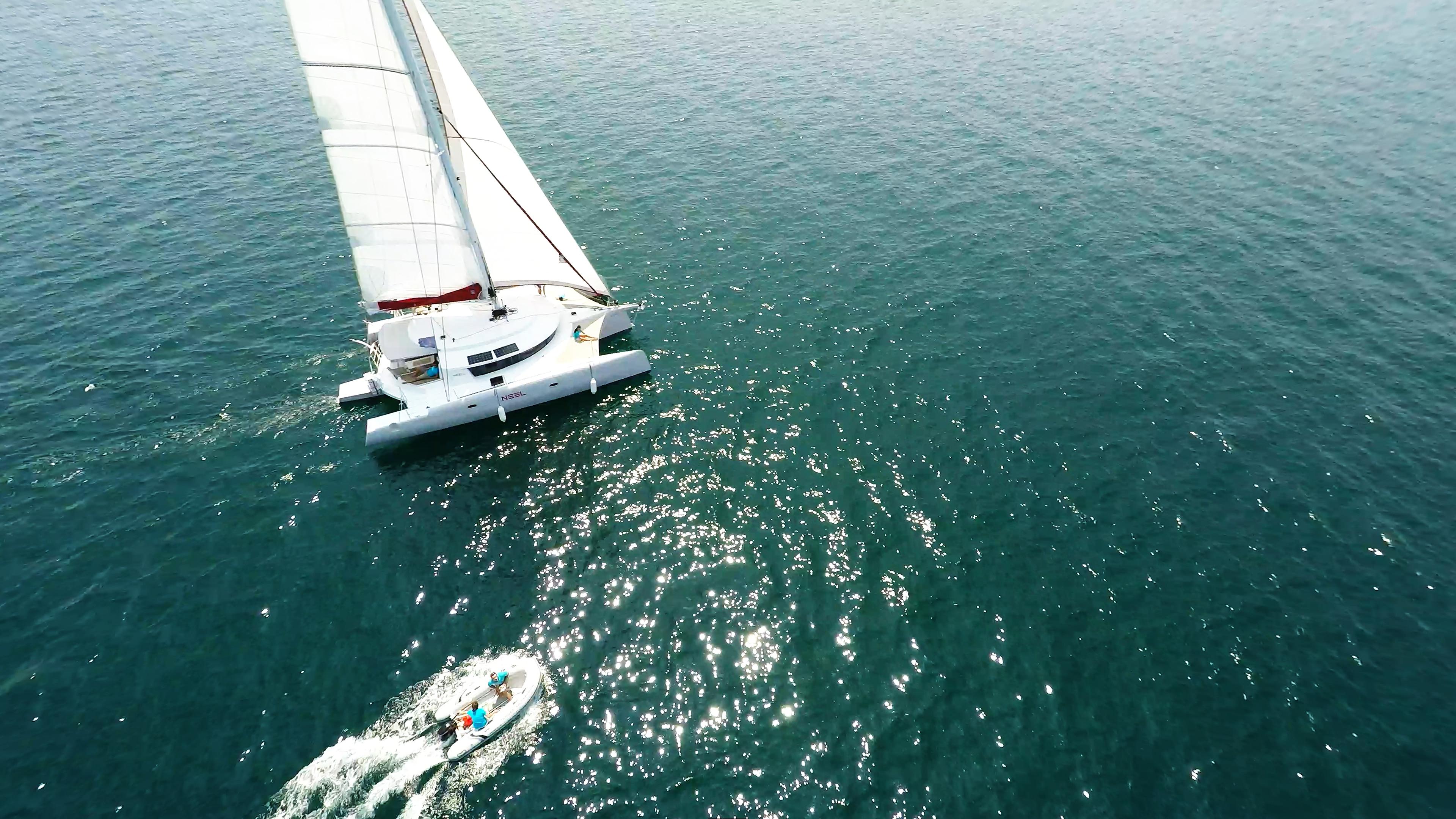 multiscafo yacht trimarano con gommone tender imbarcazione aerea