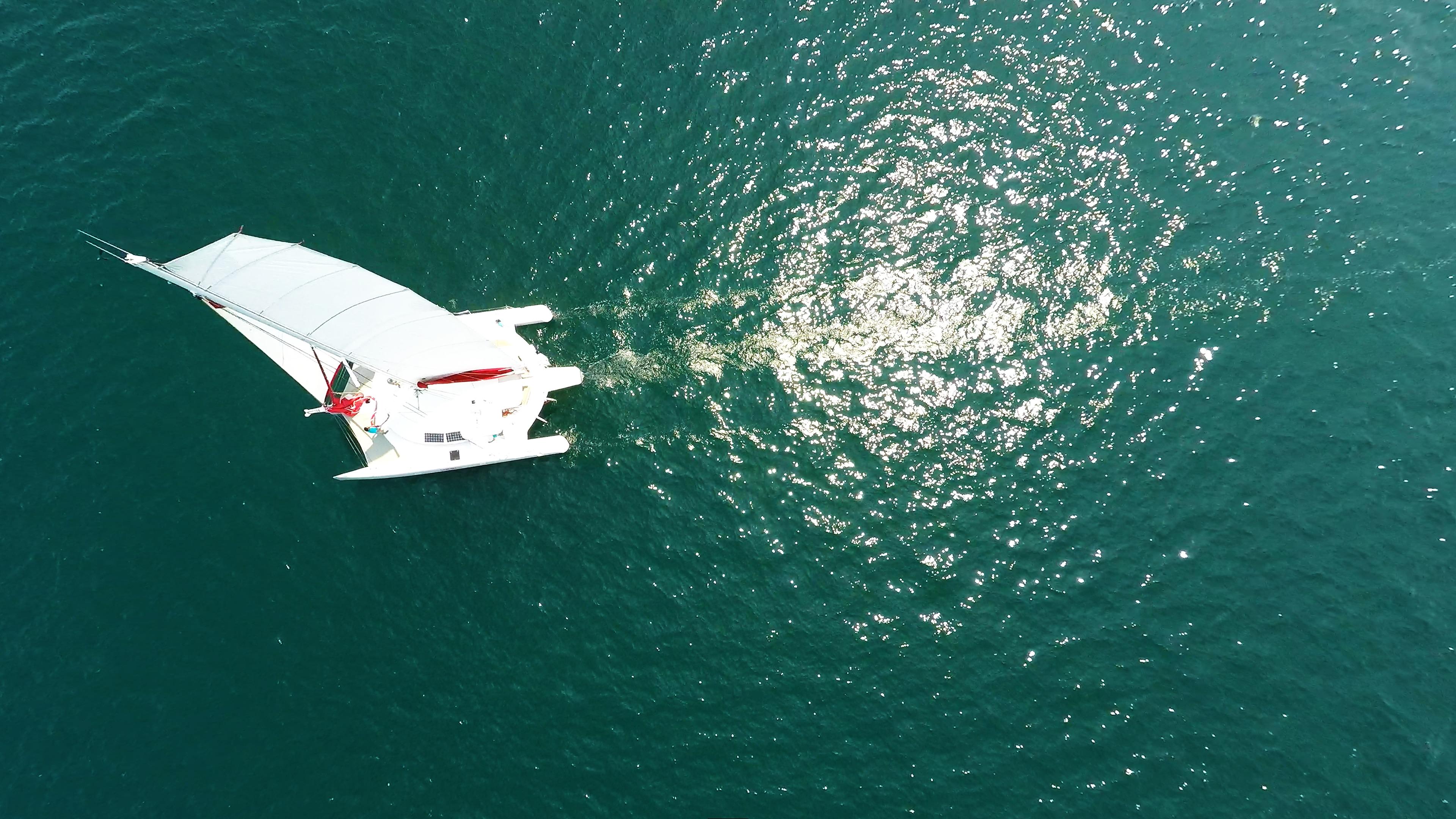 nadir aerea verticale giù foto trimarano barca a vela
