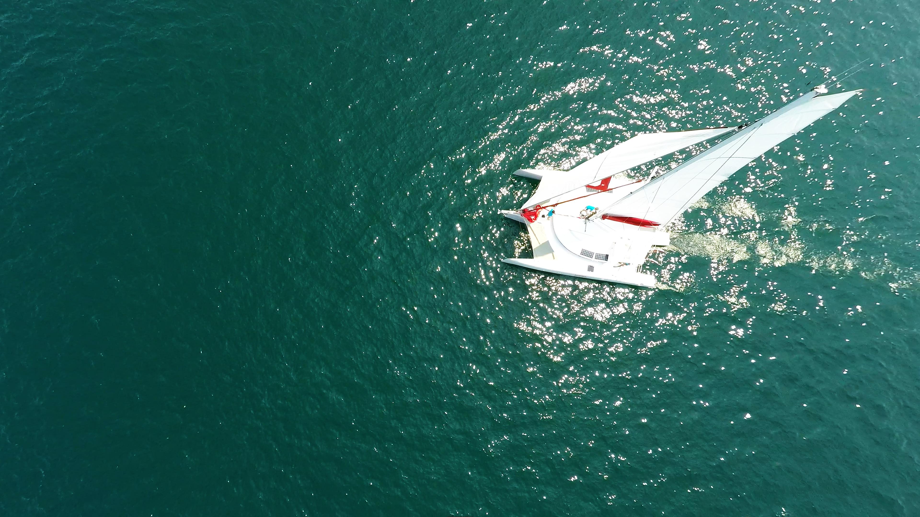 nadir foto verticale giù trimarano barca a vela
