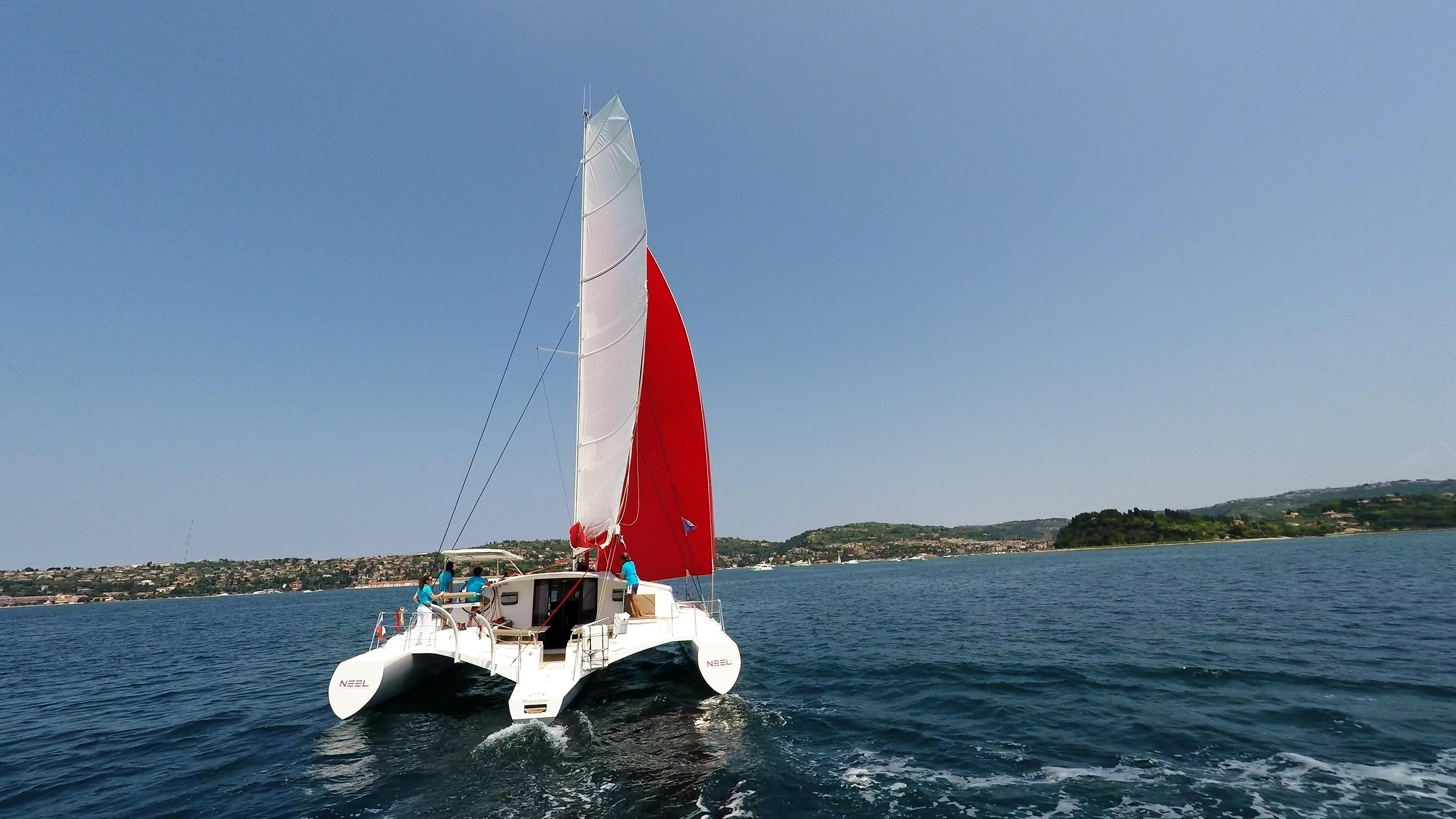 neel 45 multiscafo naviga verso il porto