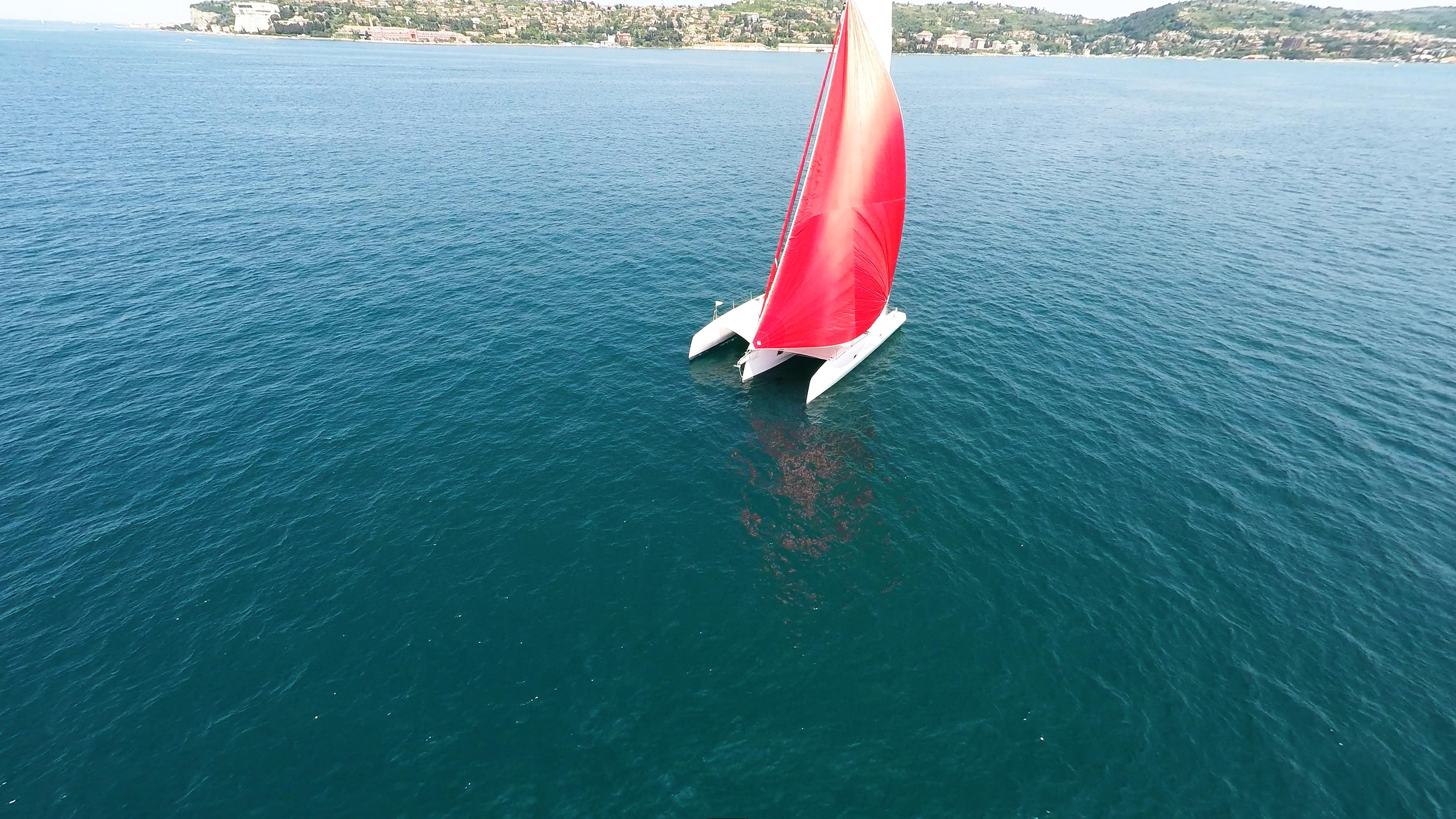 rosso gennaker vela bianco trimarano yacht a noleggio blu mare