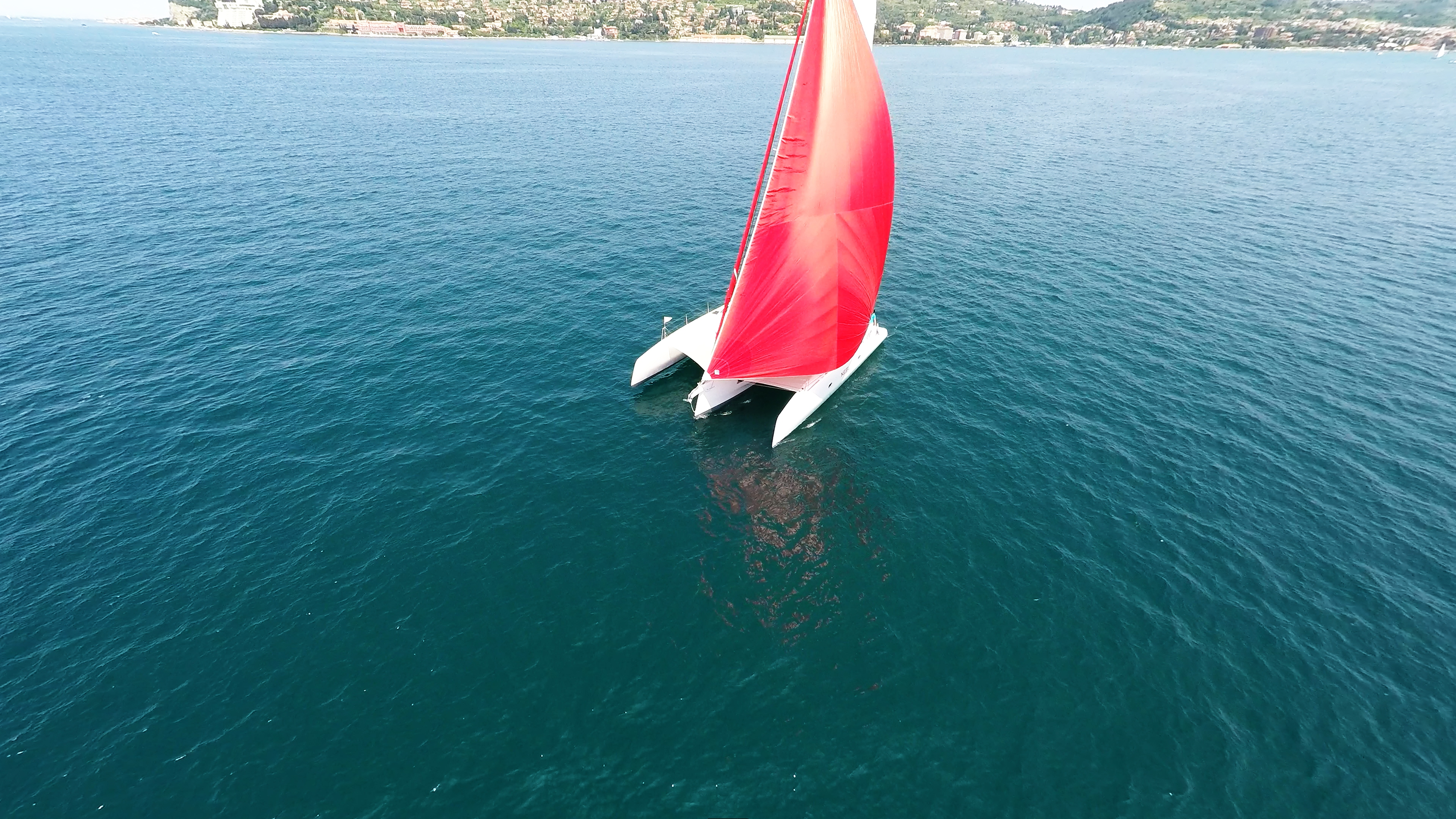 rosso spinnaker-gennaker bianco trimarano barca a vela blu mare