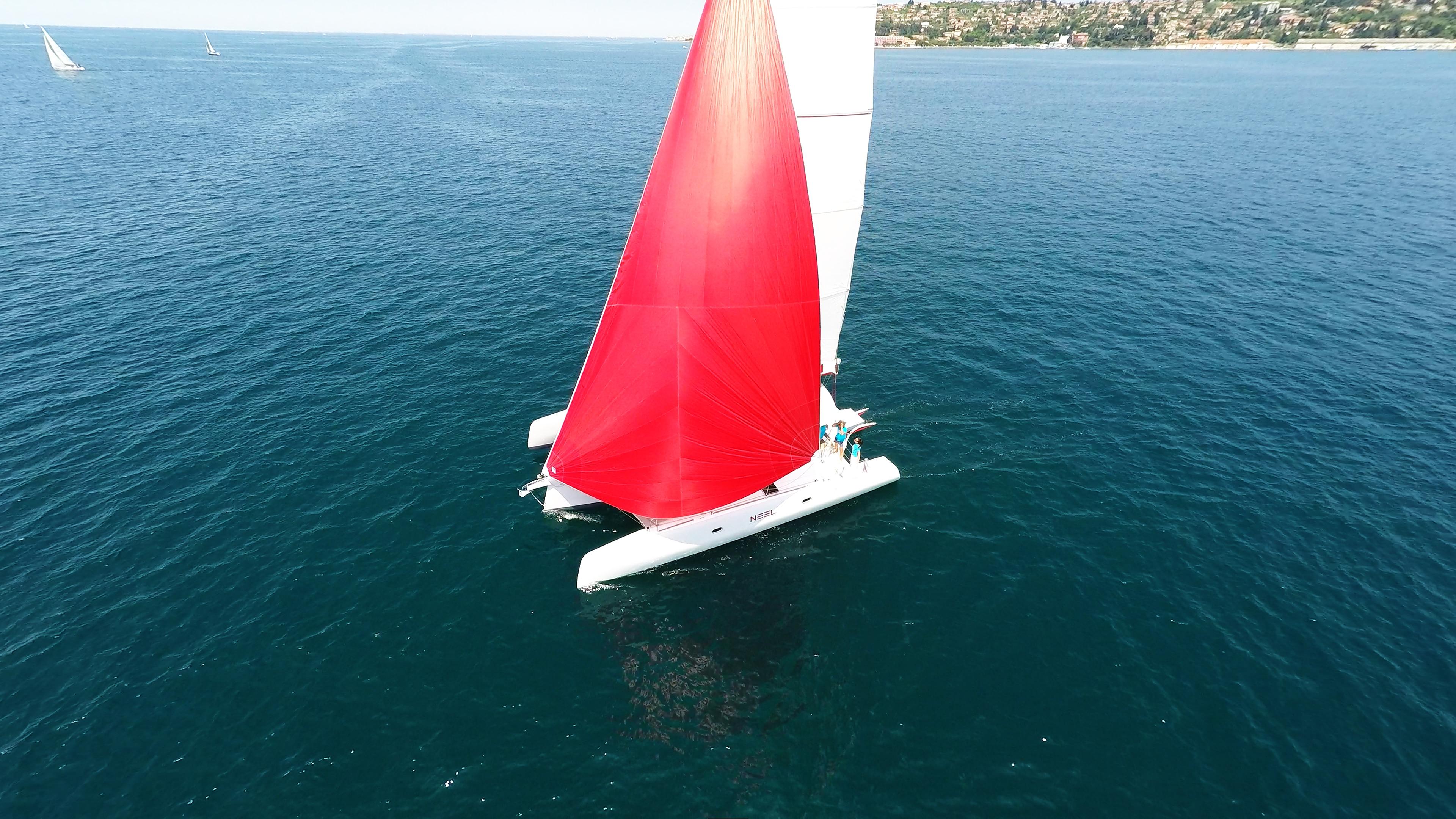 rosso spinnaker-gennaker bianco yacht naviga a vela al blu mare