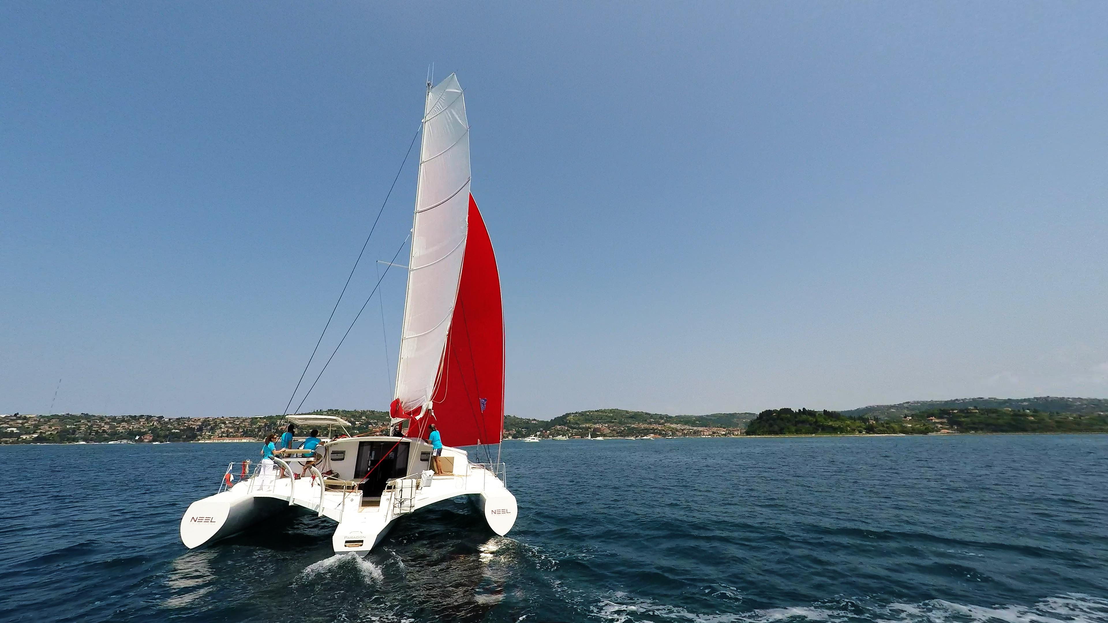 navigare verso la costa multiscafo yacht