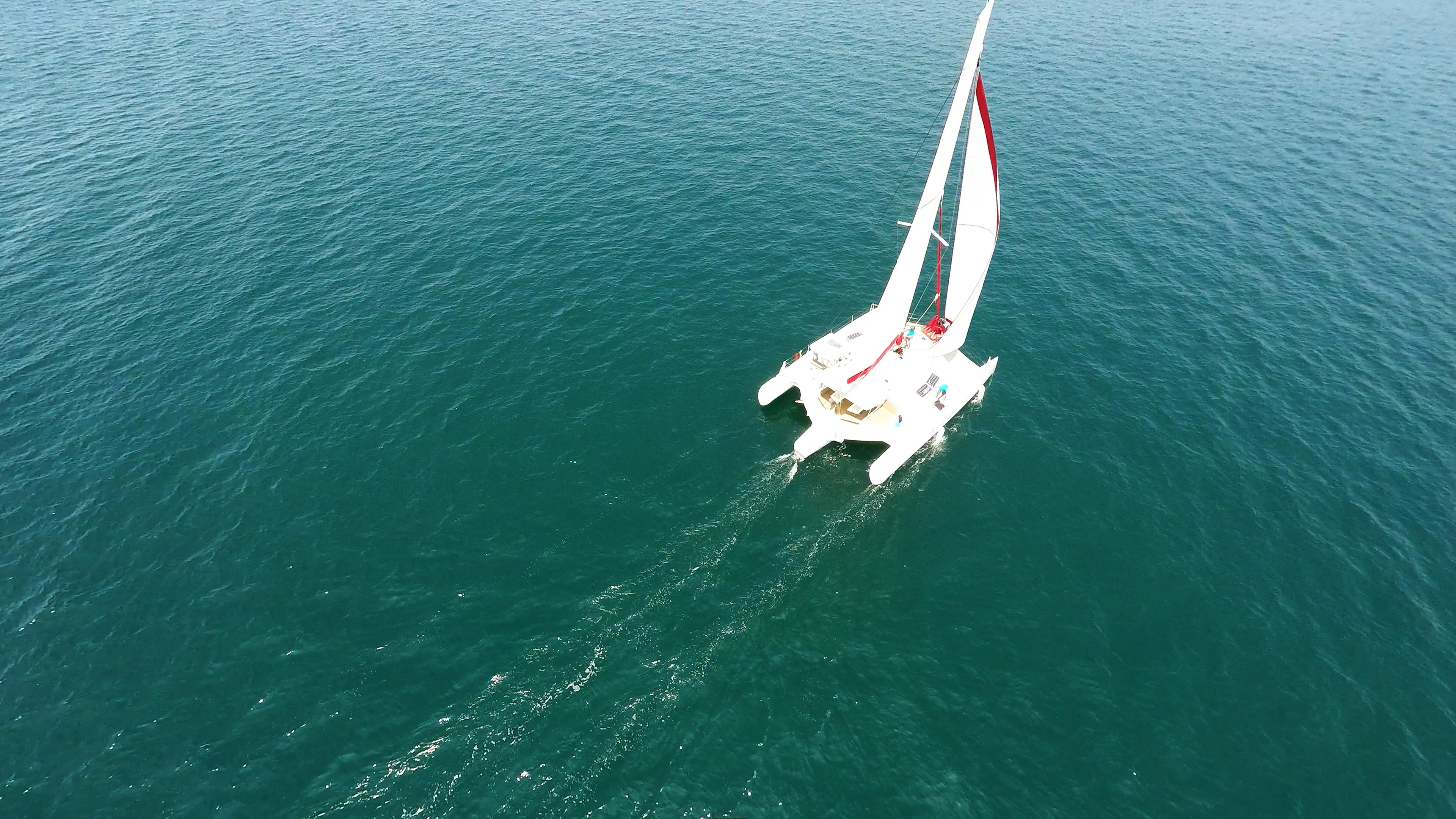 trimarano a vela al mare 1