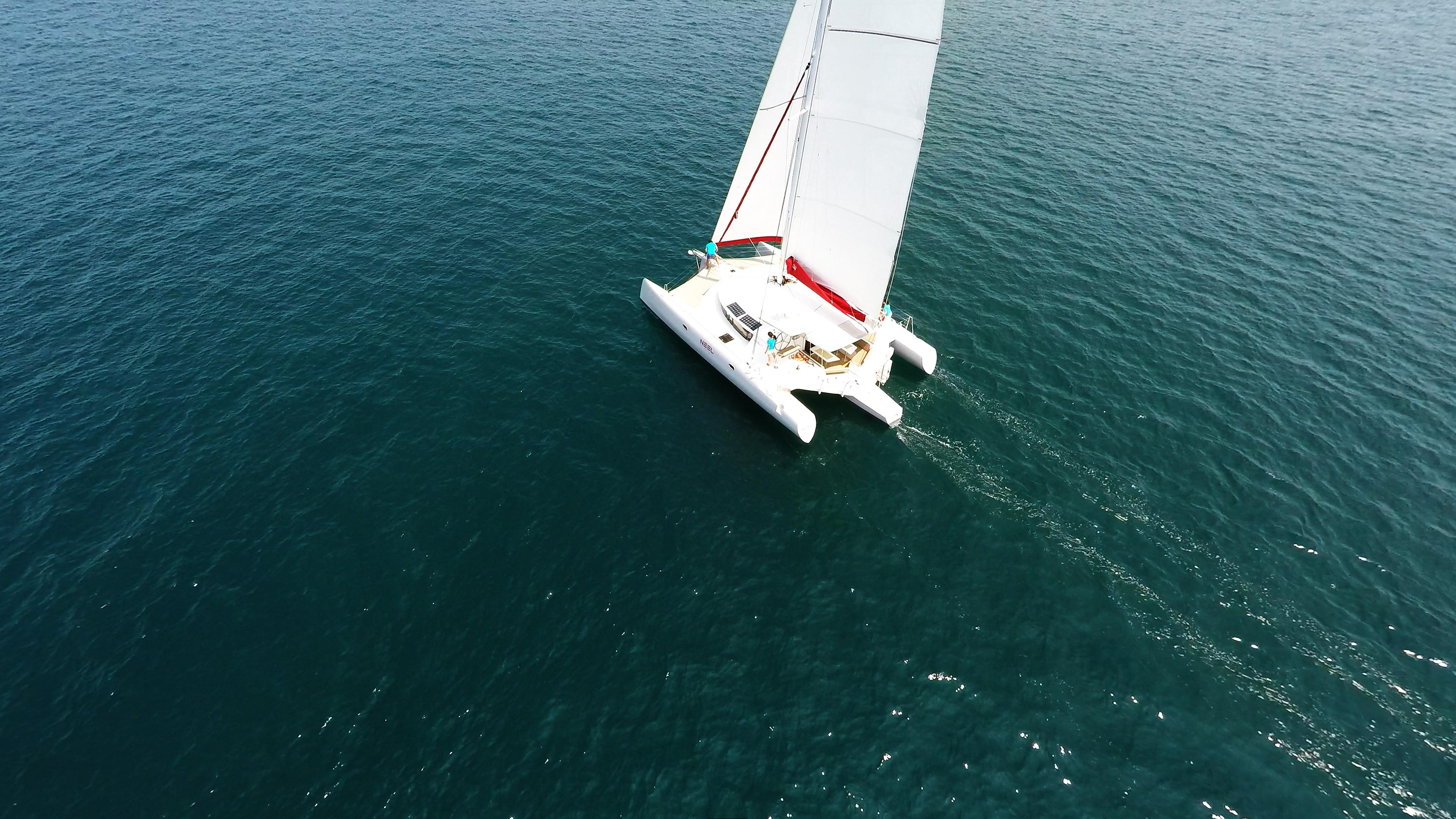 trimarano a vela al mare