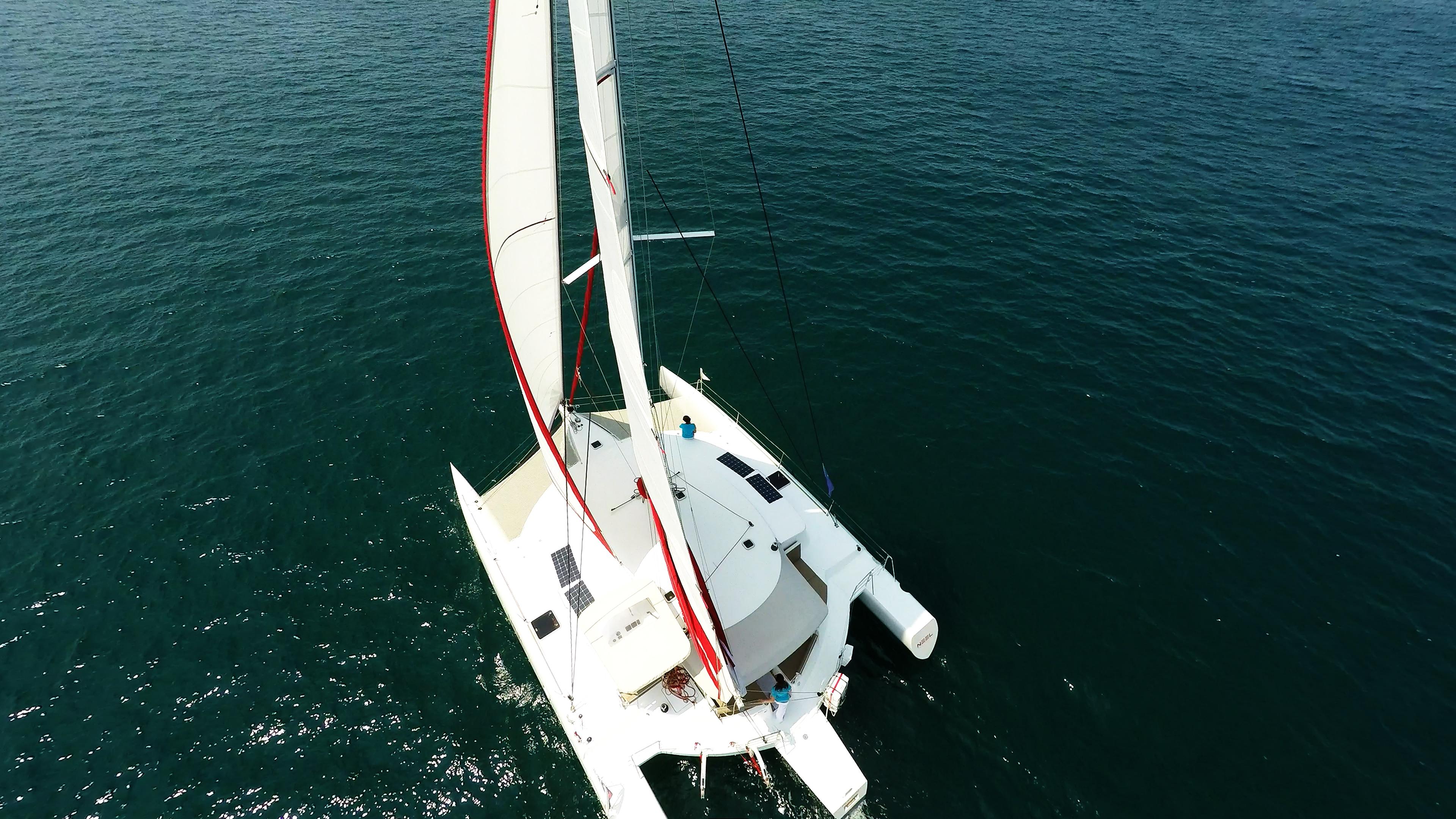 barca a vela multiscafo trimarano