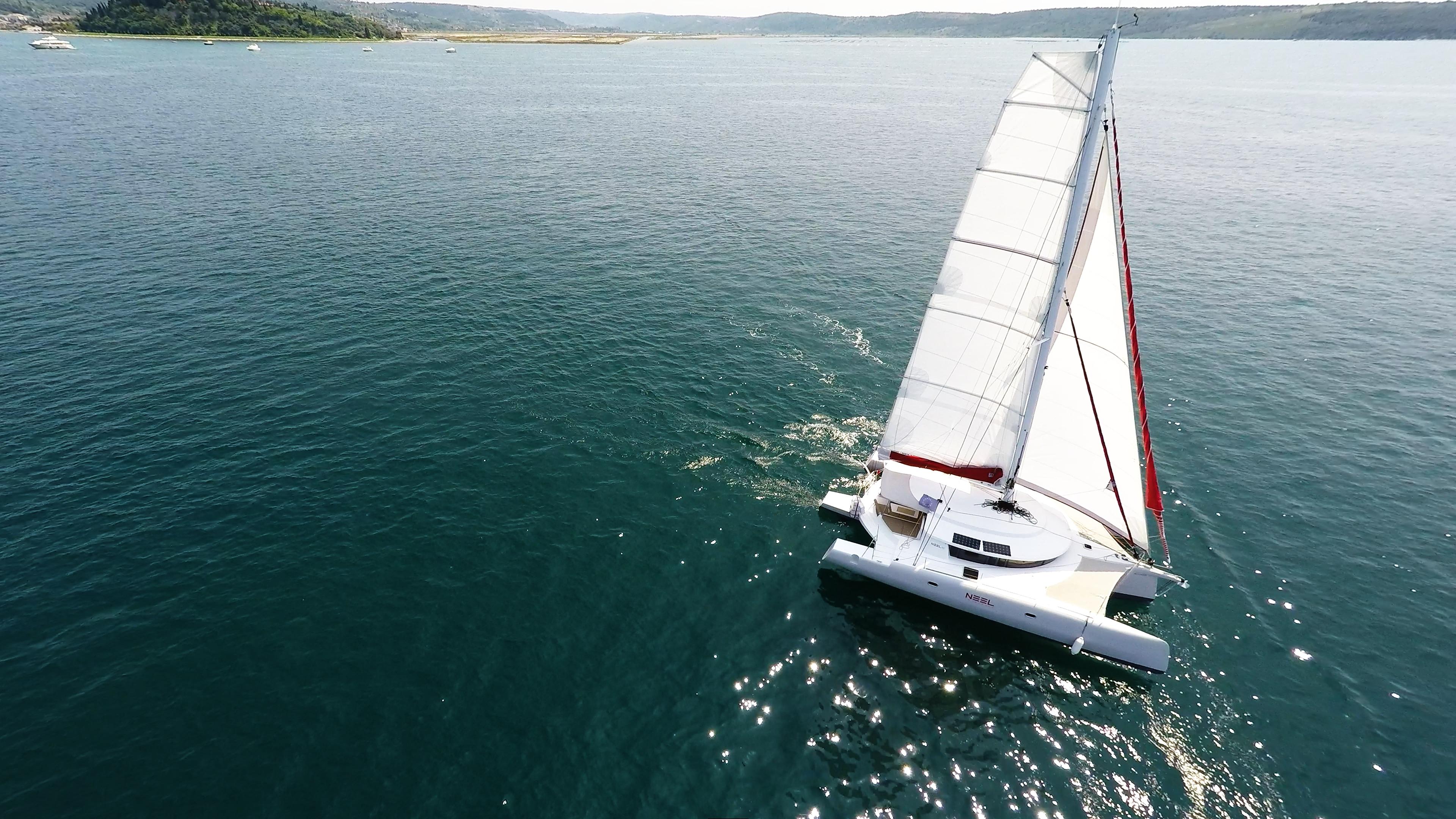barca a vela trimarano al mare vista dall'aria