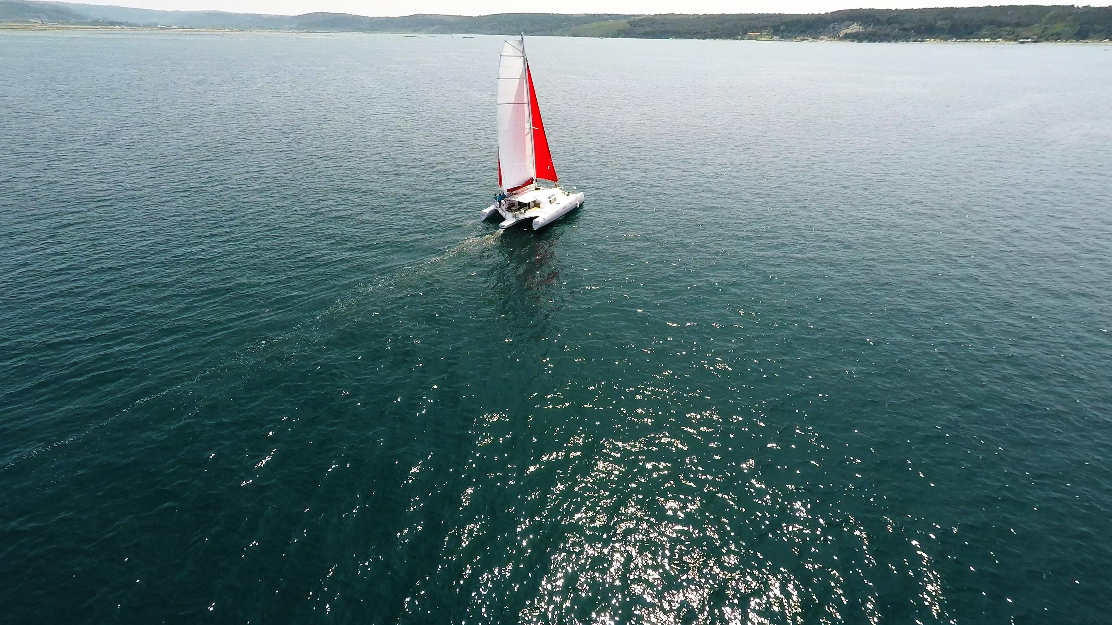 barca a vela trimarano al mare