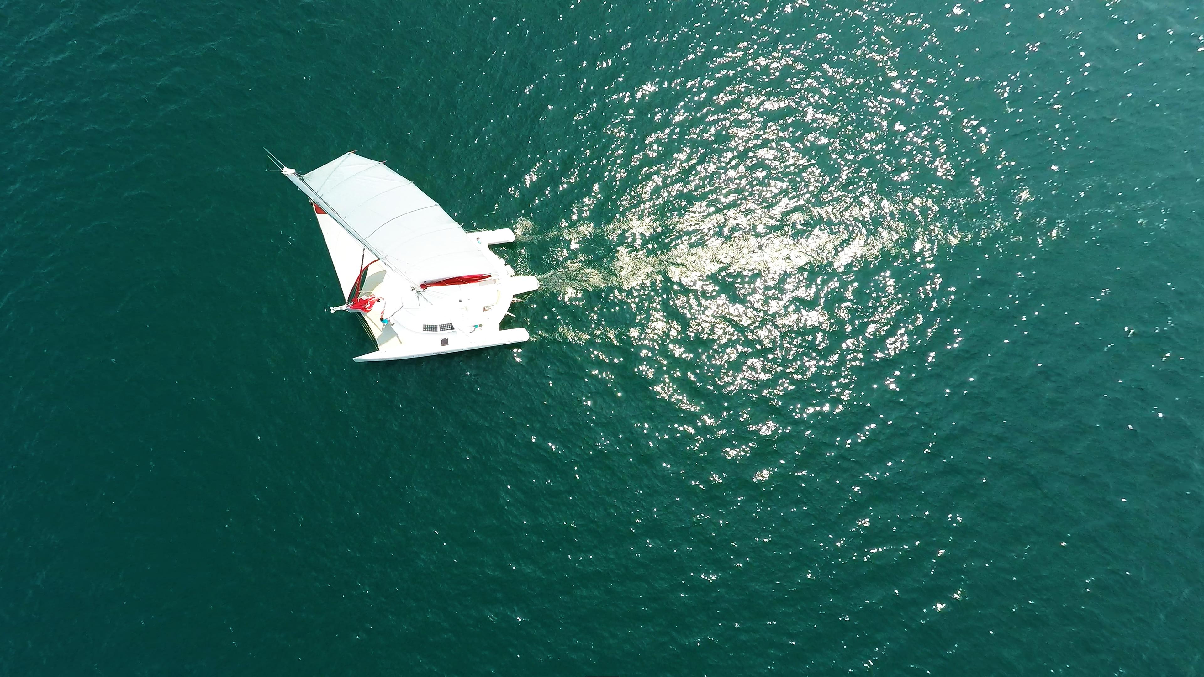 barca a vela trimarano a noleggio foto aerea nadir