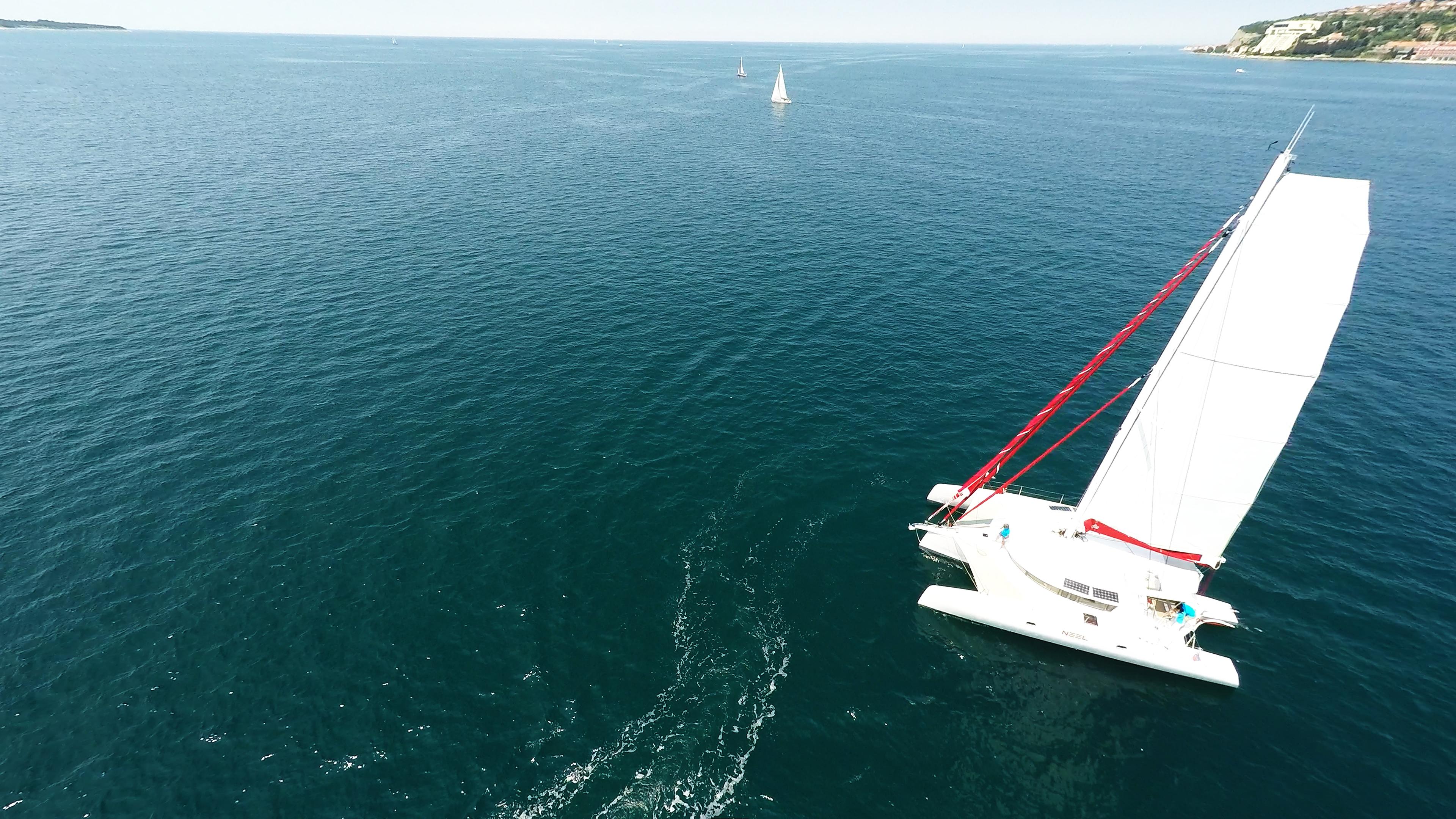 barca a vela trimarano dall'alto