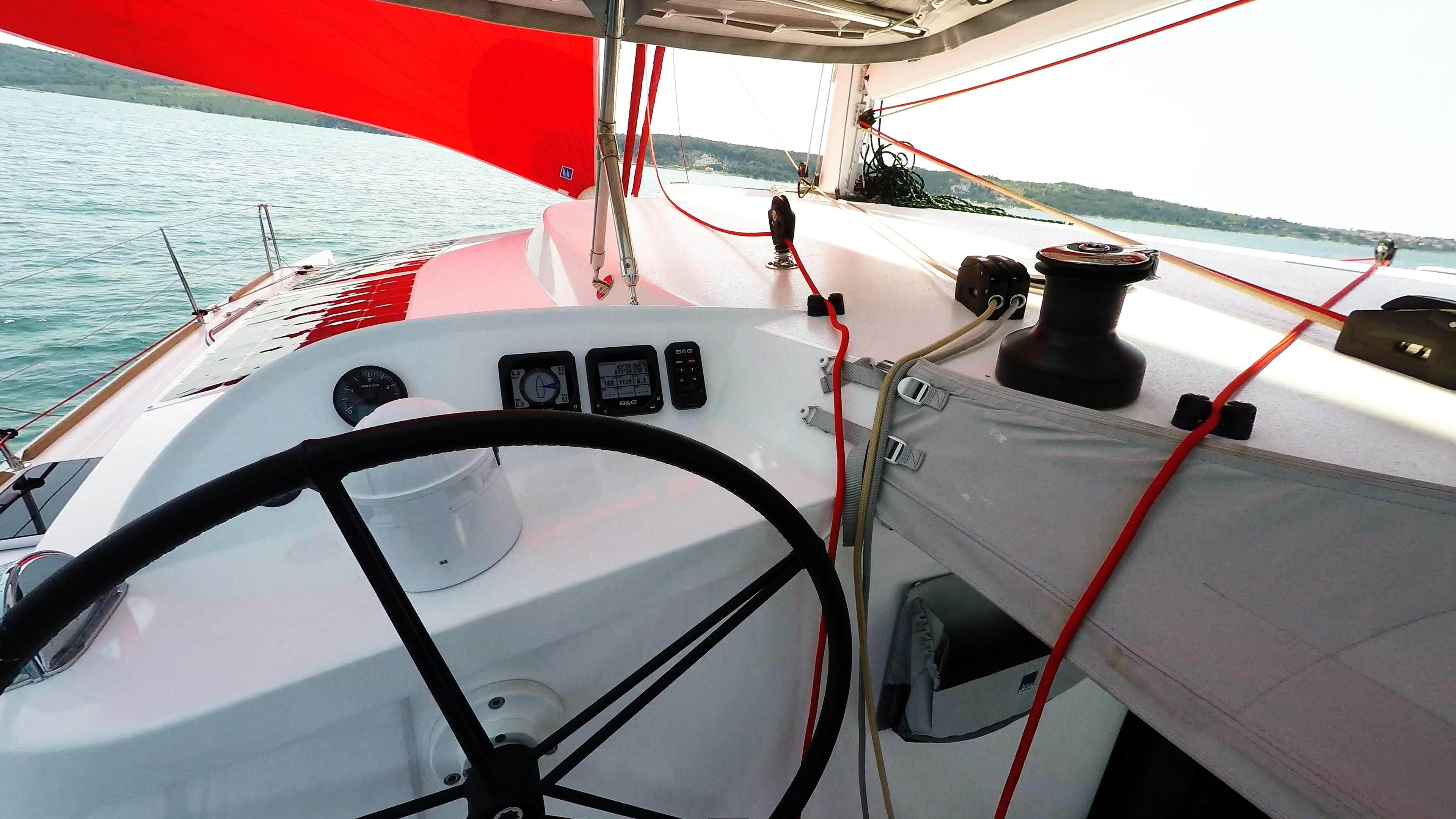 skipper cockpit ruota del timone strumenti trimarano barca a vela neel 45