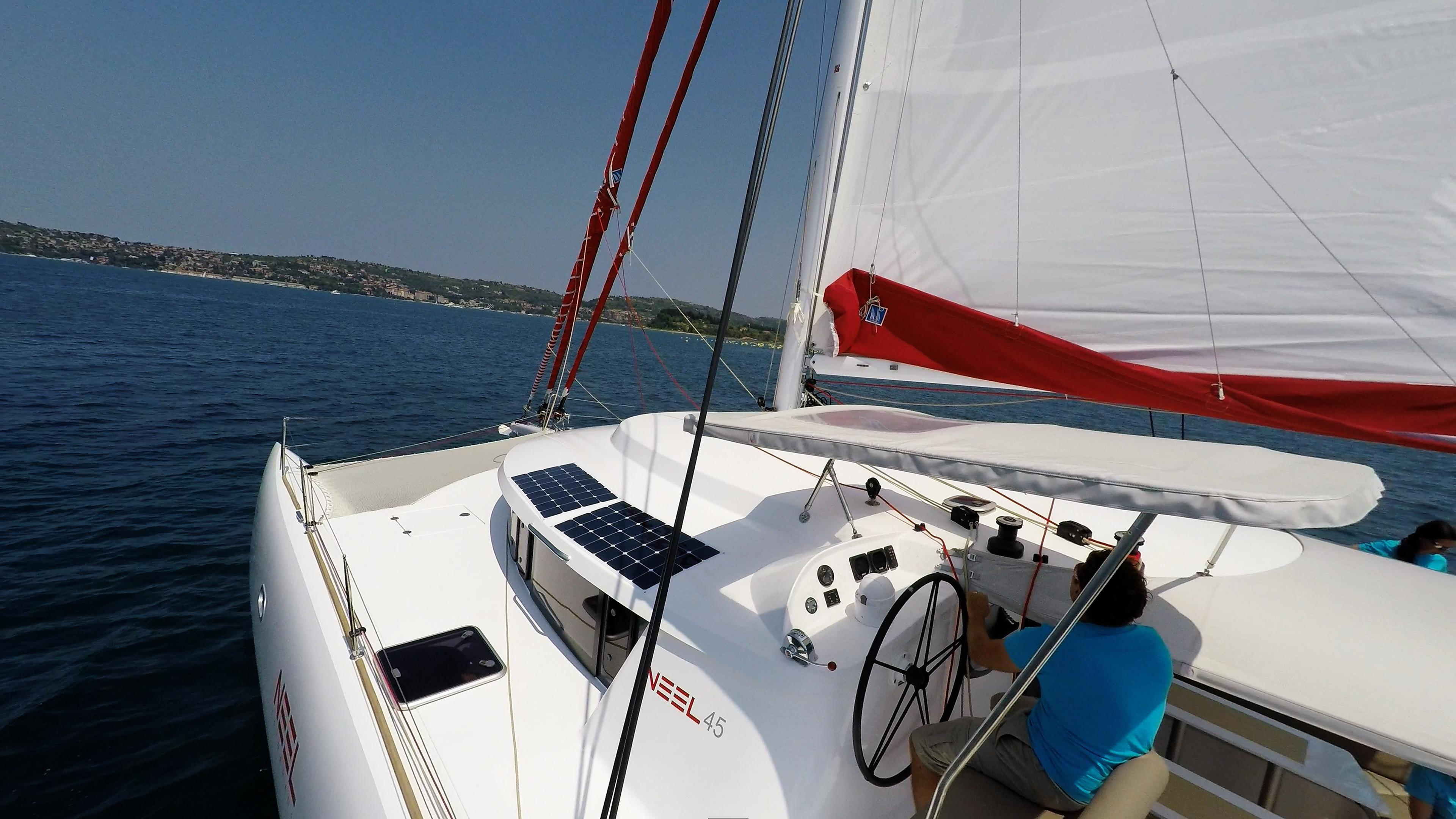 skipper in cockpit di trimarano  yacht neel 45