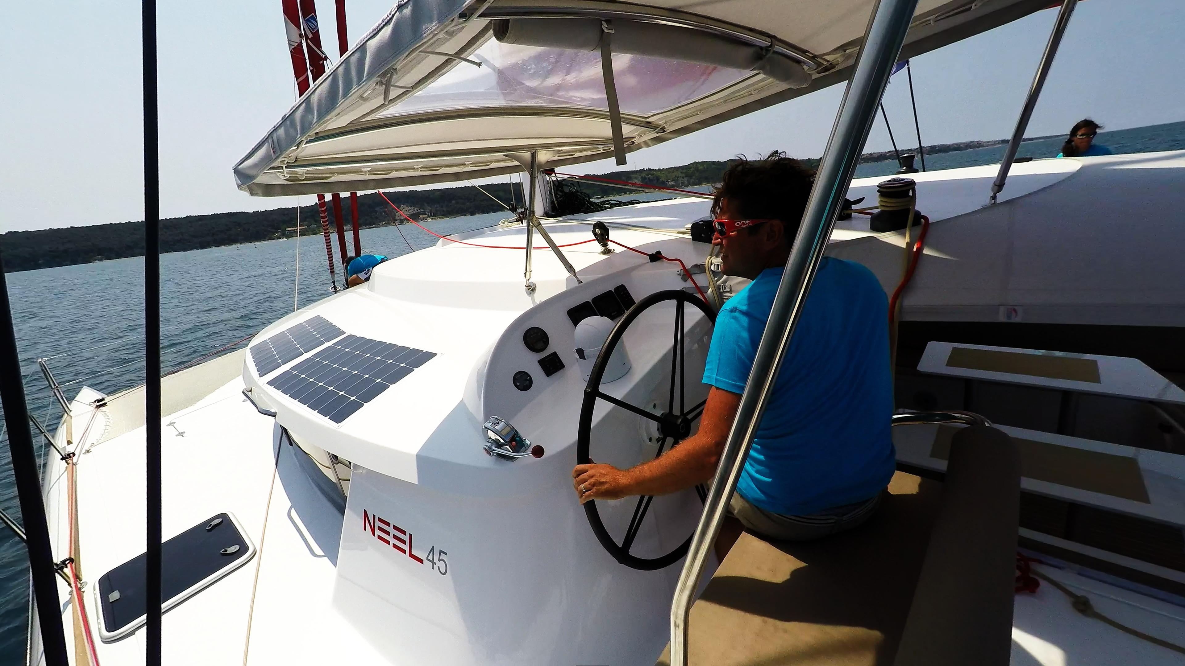 skipper in cockpit di trimarano  barca a vela neel 45