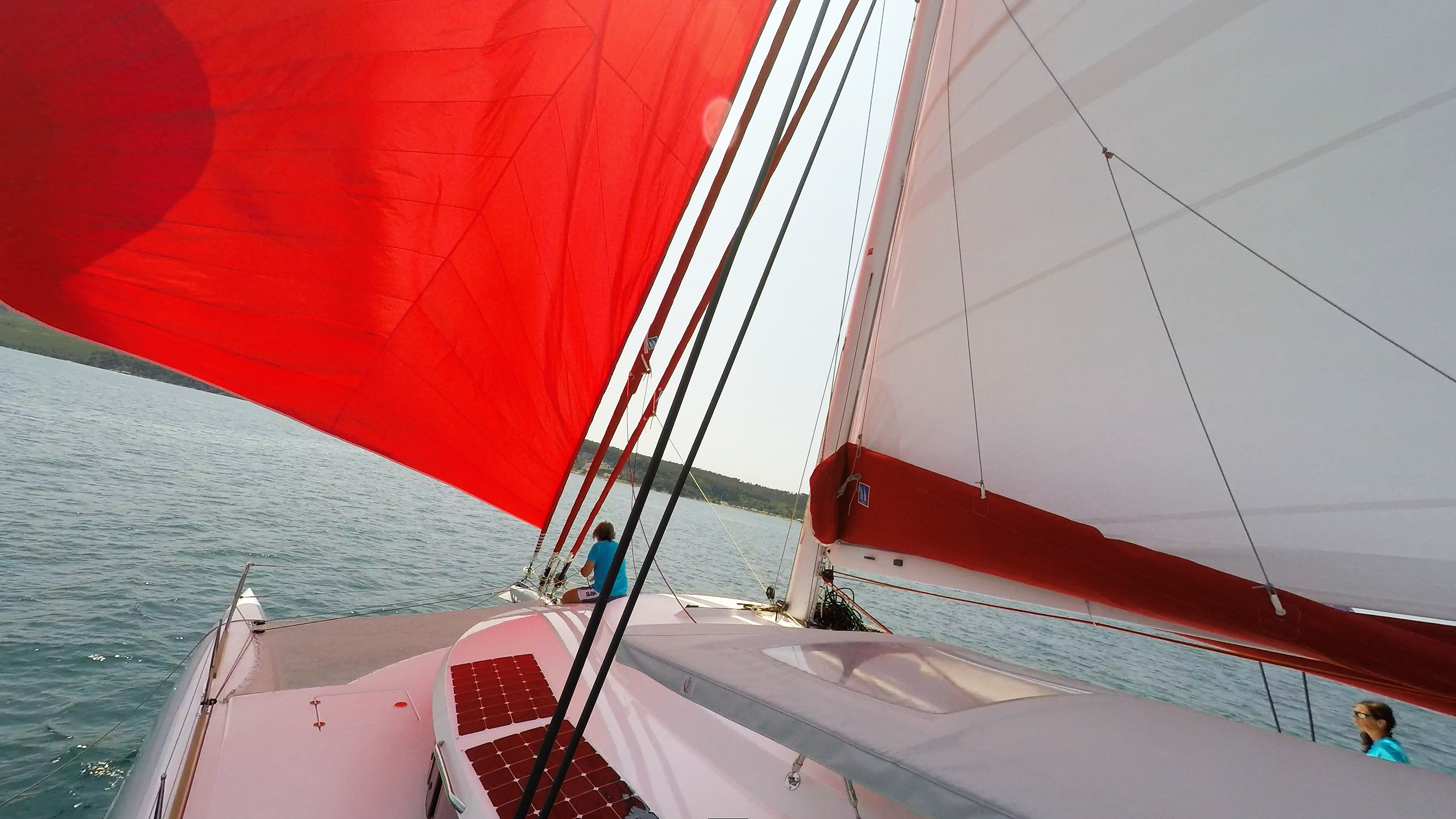 skipper sulla prua pruaman trimarano neel 45 vela vela coperta